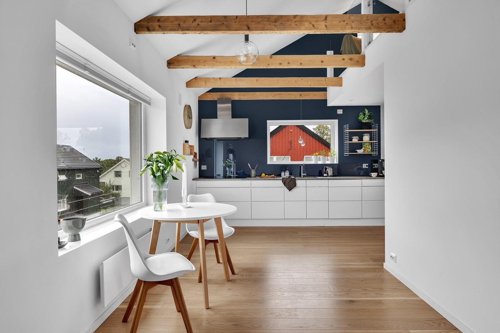 Boligen har en sjeldent innbydende utførelse med bl.a synlige bjelker over stue og kjøkken