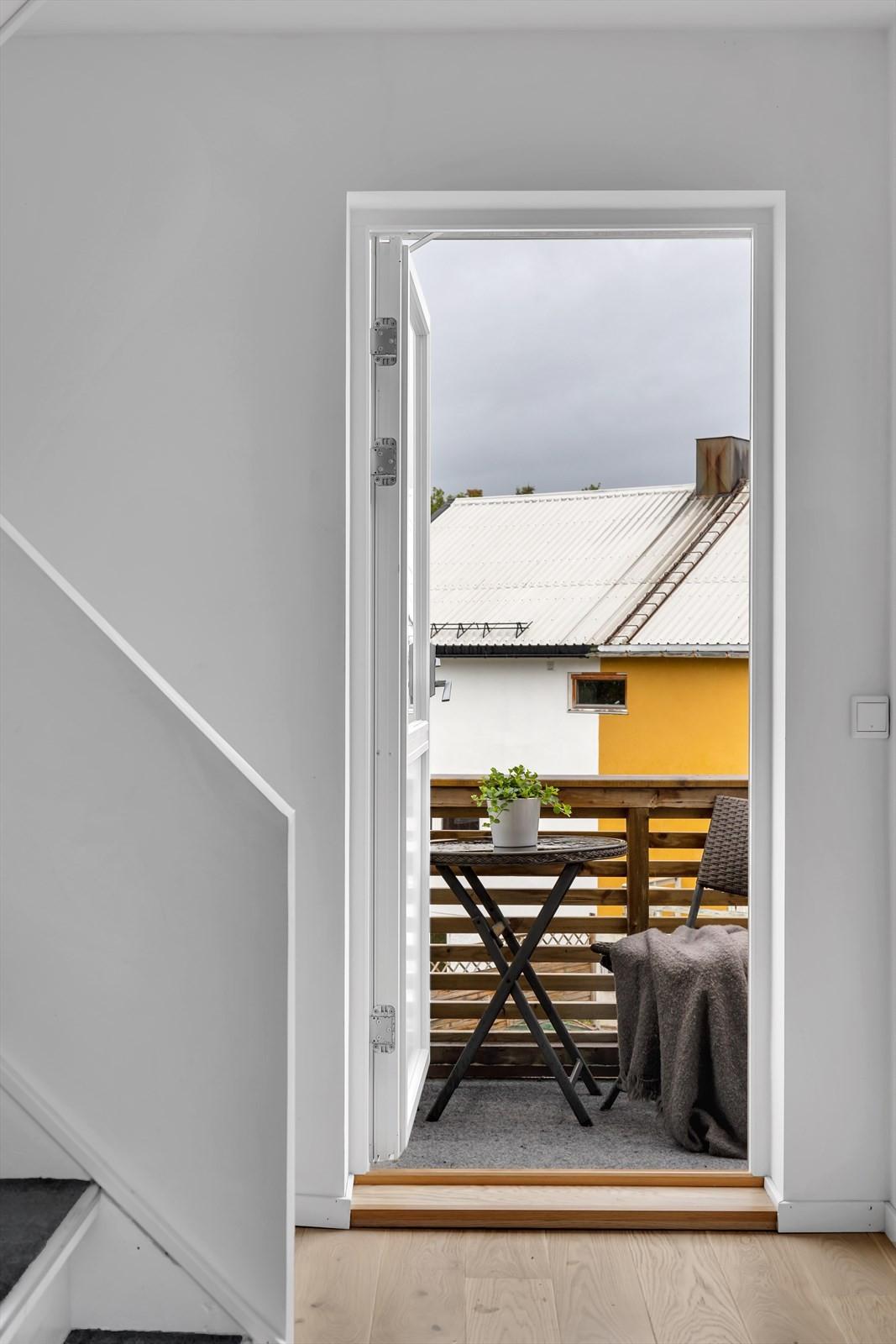 Koselig vestvendt veranda utenfor stue / kjøkken