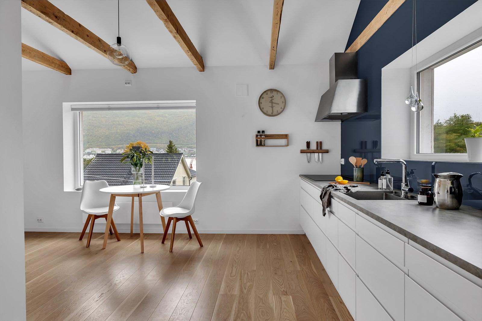 Du finner plass til spisebord mellom kjøkken og stue