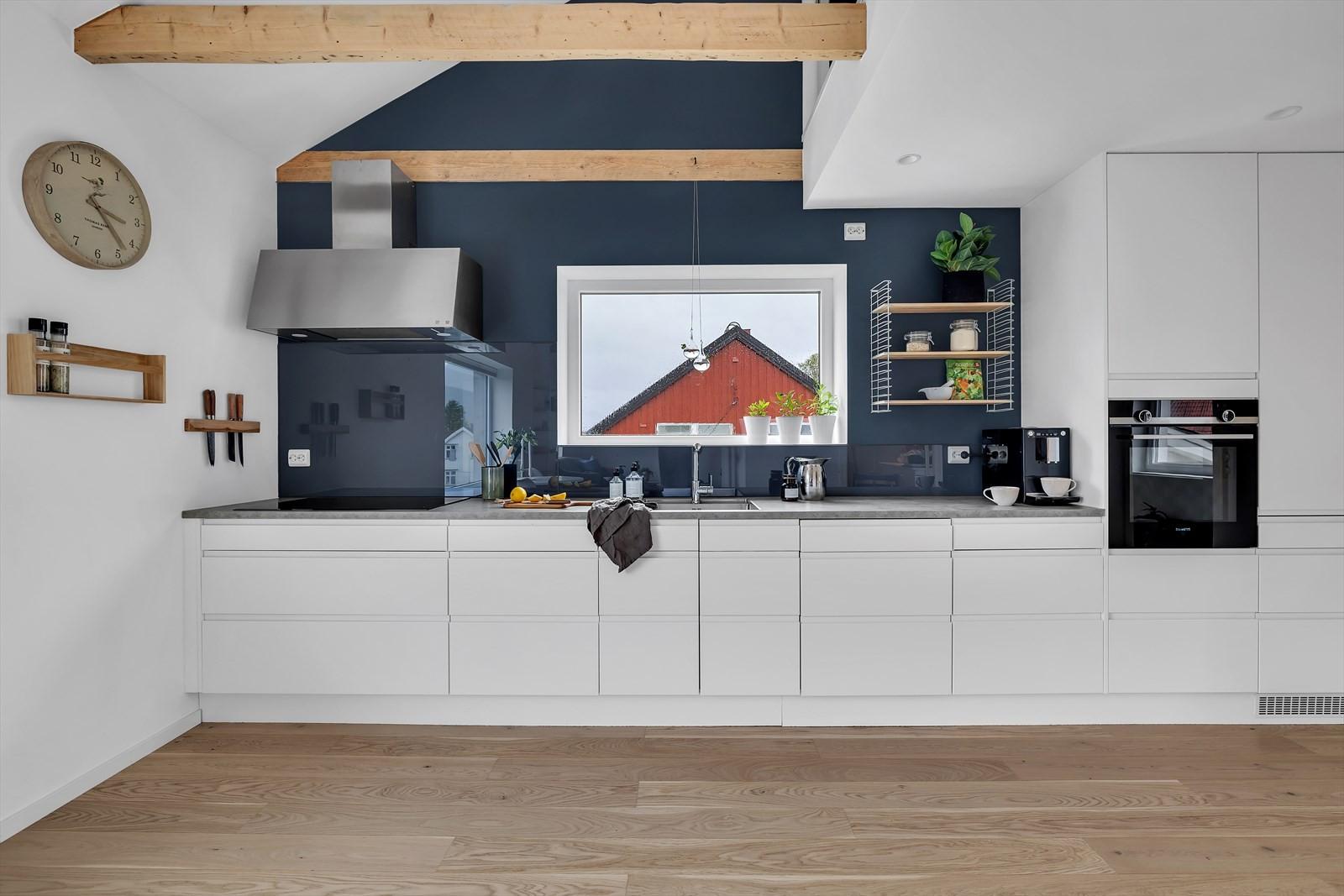 Lekkert og innholdsrikt kjøkken med god skap- og benkeplass