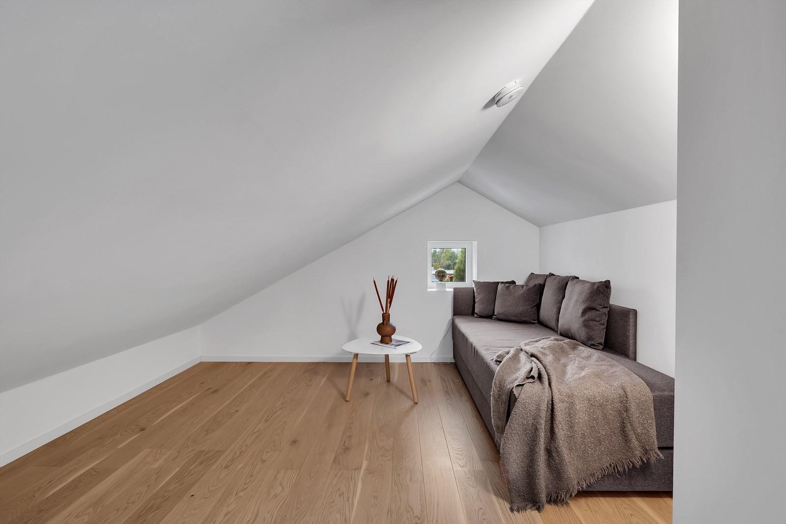 På loftet finner du også dette praktiske rommet. Grunnen takhøyde er det ikke målbart