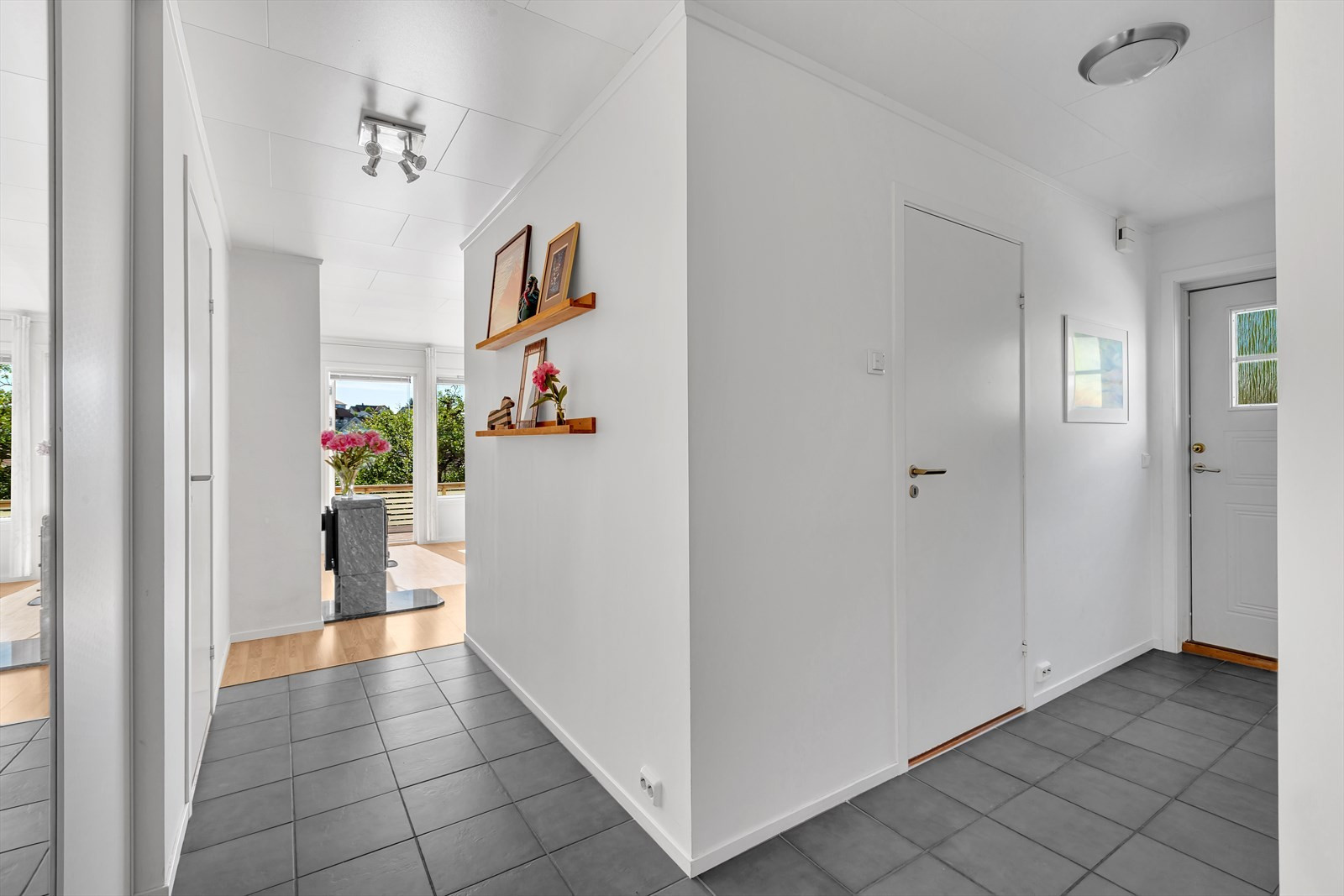 Entrè / gang med flislagt gulv og varmekabler