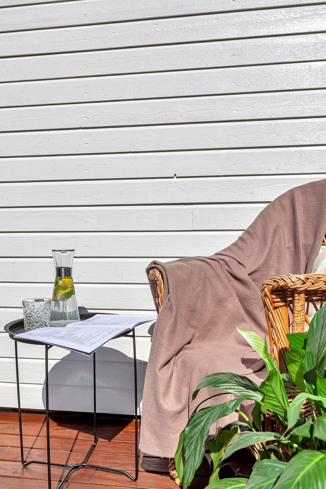 Terrassen ligger skjermet til og har gode sol- og lysforhold