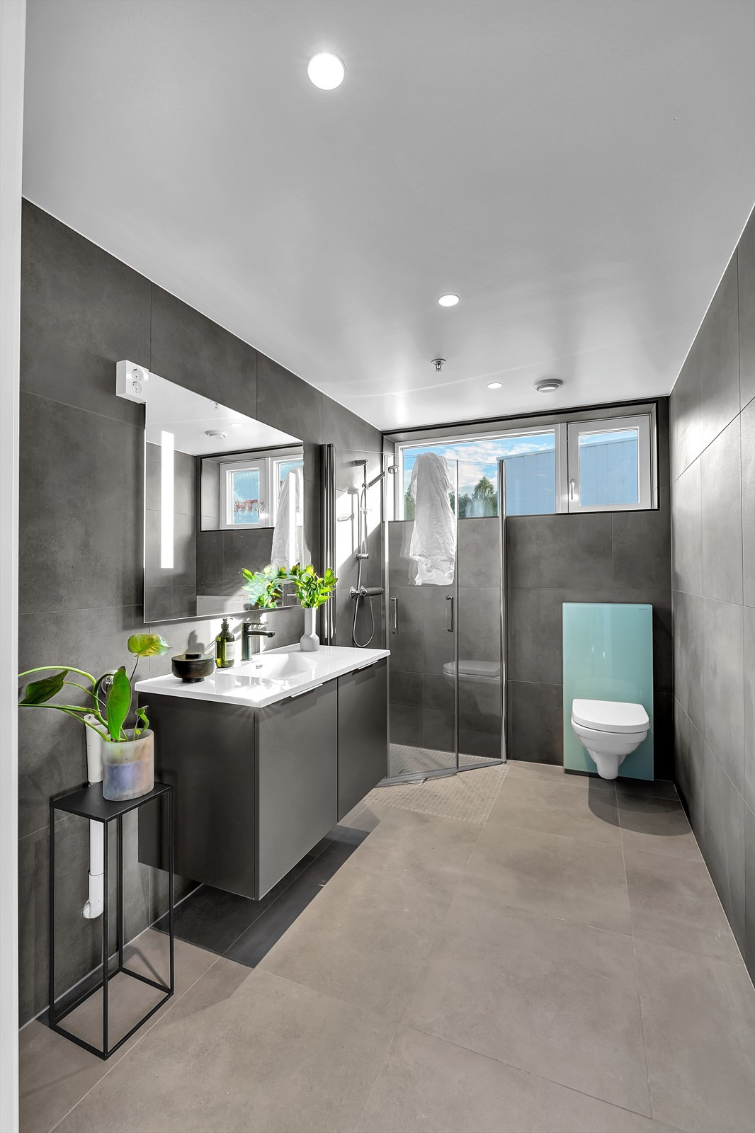 Bad/wc med store fliser og moderne innredning