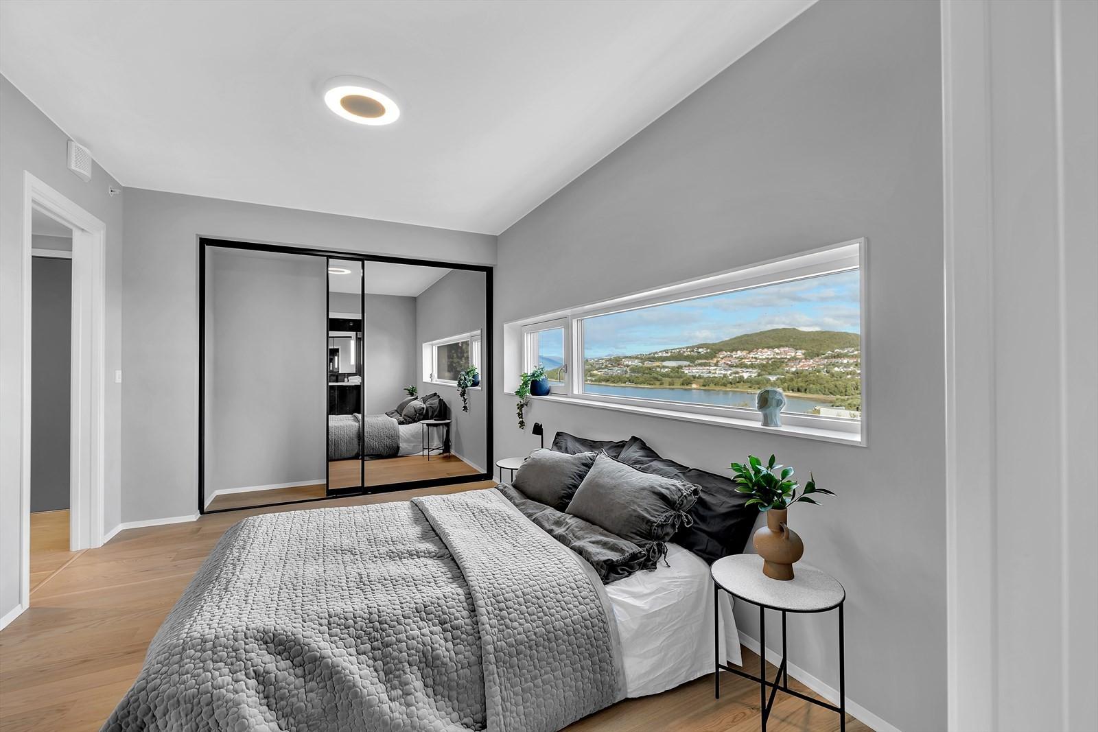 Skyvedørsgarderobe med speilfronter i soverommet
