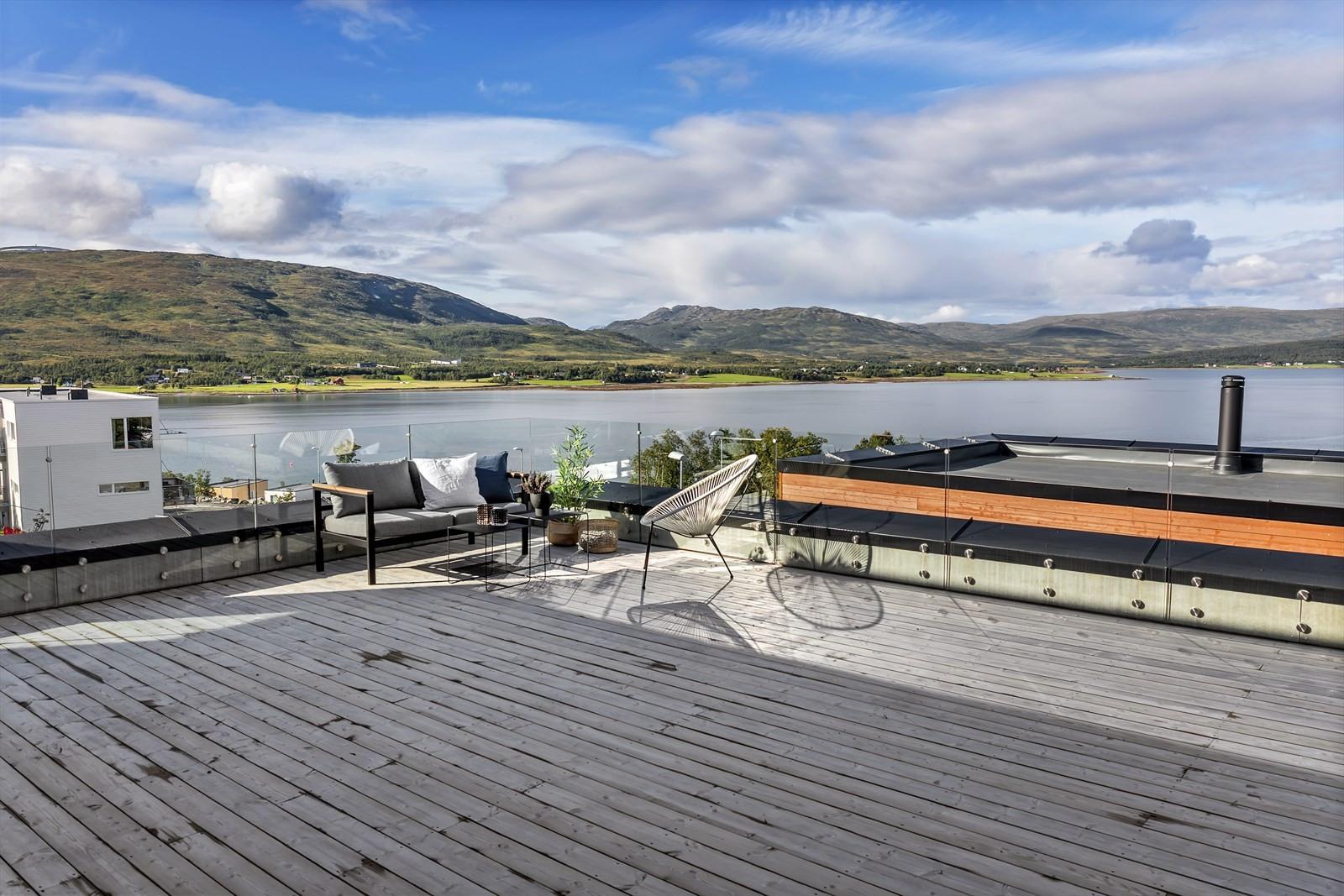 Stor terrasse med fantastisk utsikt og gode solforhold