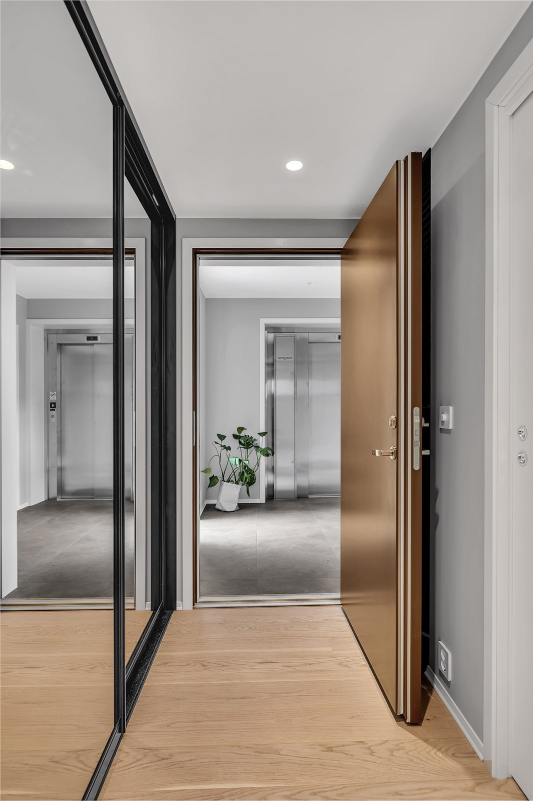 Garderobeskap i gangen - flislagt vindfang og privat utgang fra heisen