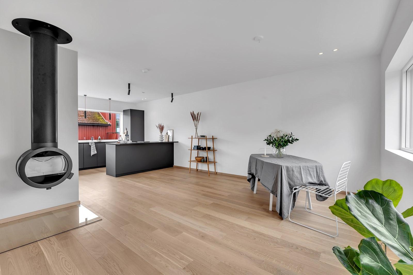 God plass mellom kjøkken og stuen til spisestuemøbler og skjenker