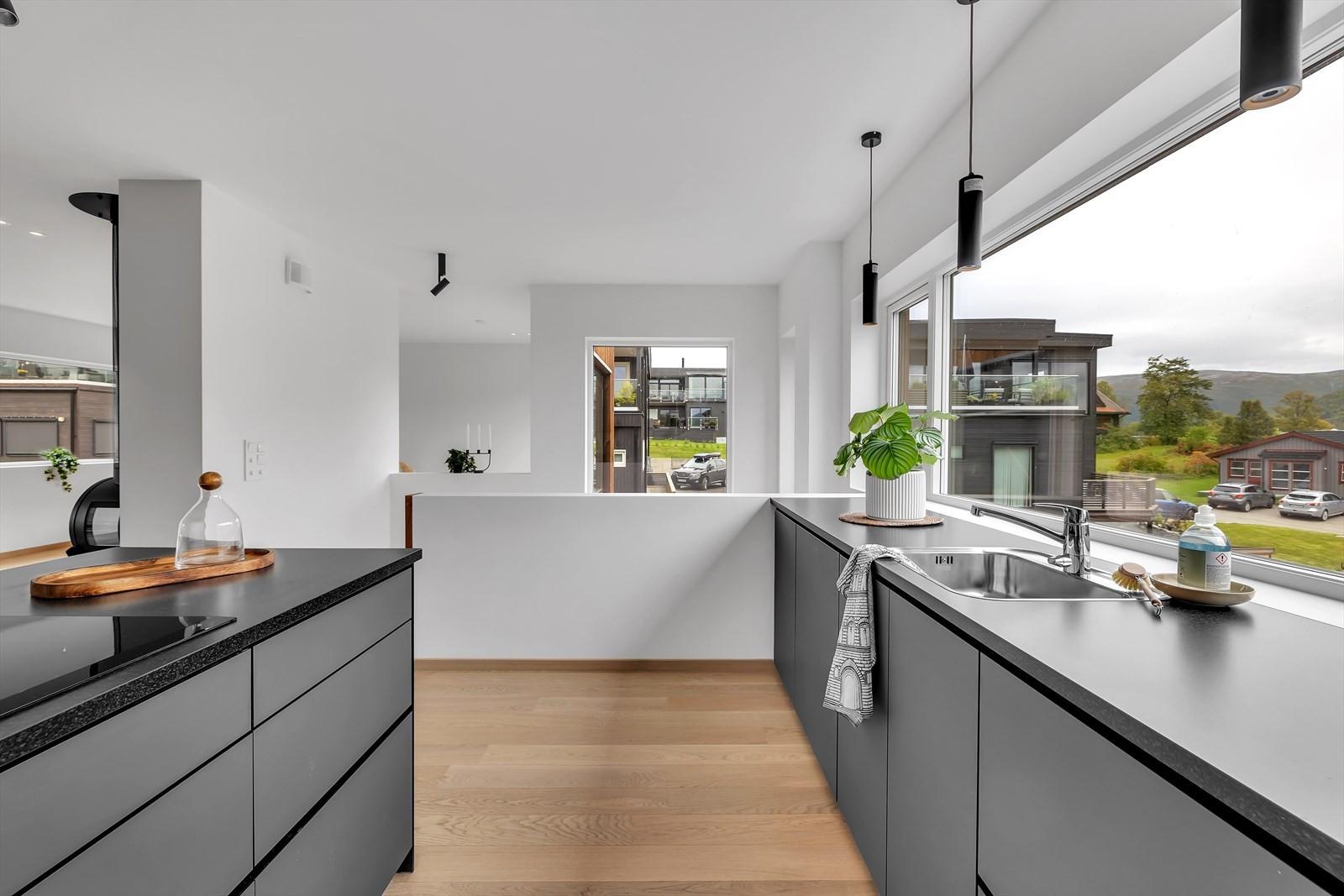 God arbeidsplass på kjøkkenet og store vinduer med masse lysinnslipp og utsikt