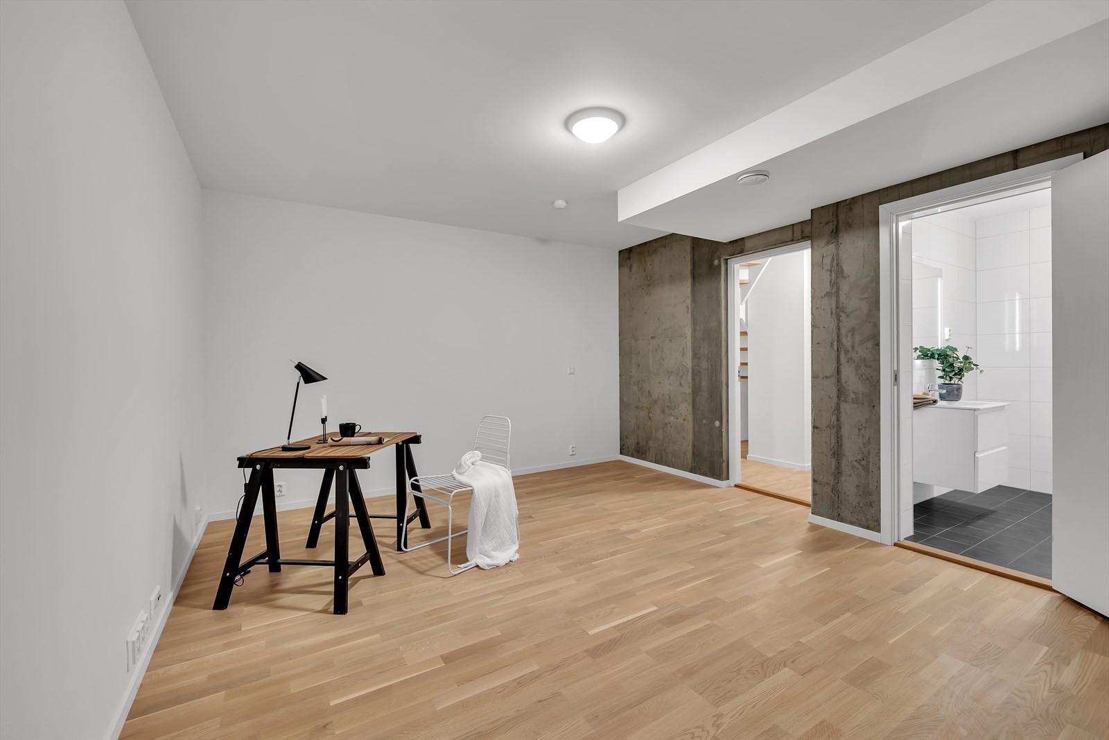 Stort opphodsrom eller master bedroom med eget bad. PS: Det er uttak til vann/avløp til hybelkjøkken.