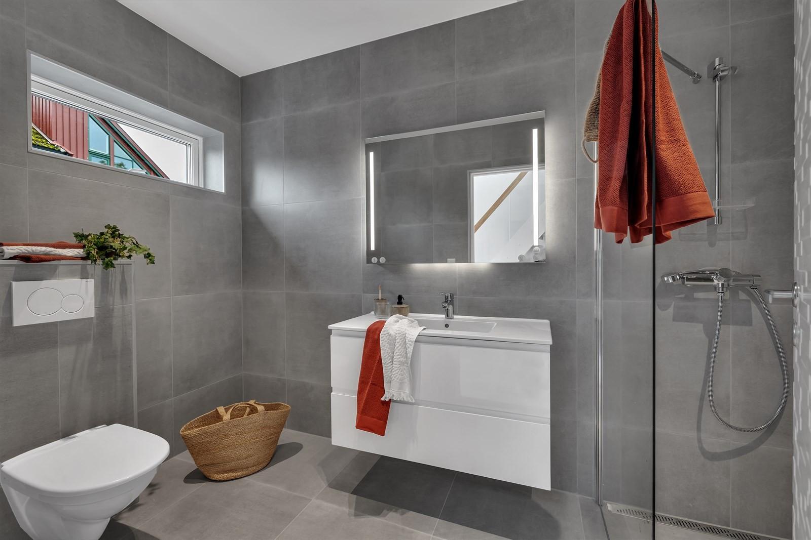 Moderne og fint bad. Vegghengt toalett. 60 x 60 fliser og moderne baderomsmøbler