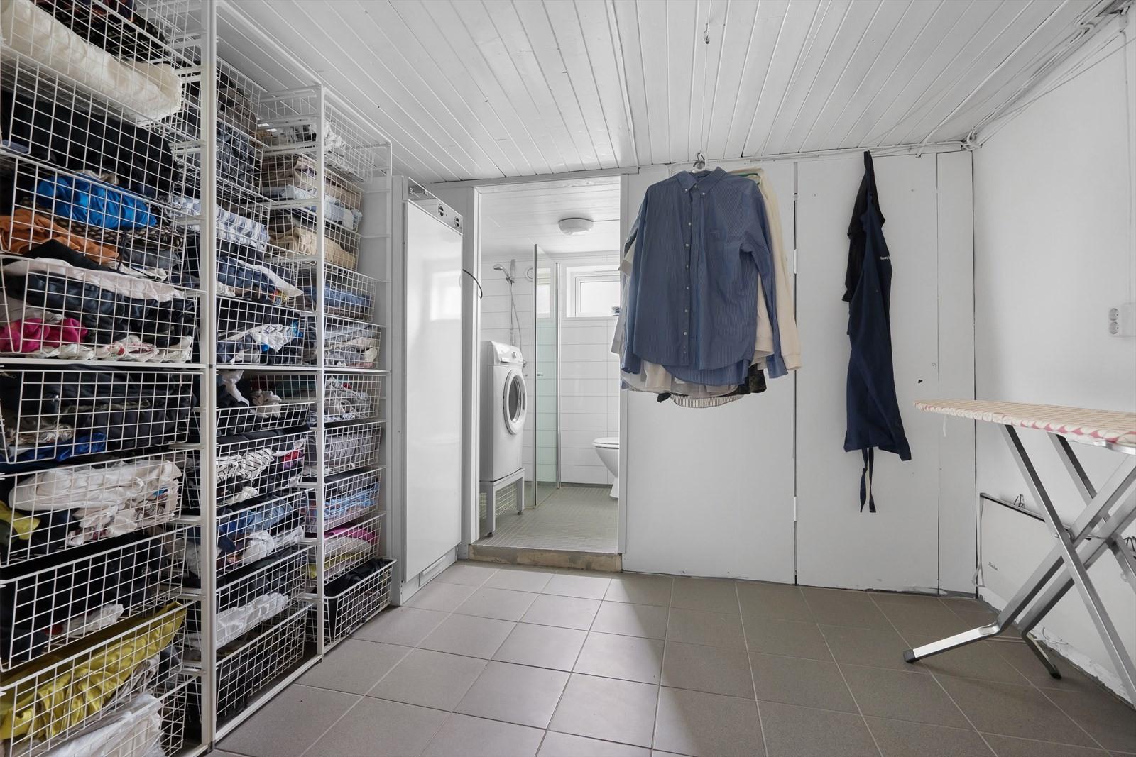 I denne etasjen finner du også stor garderobe og vaskerom med dusj og toalett