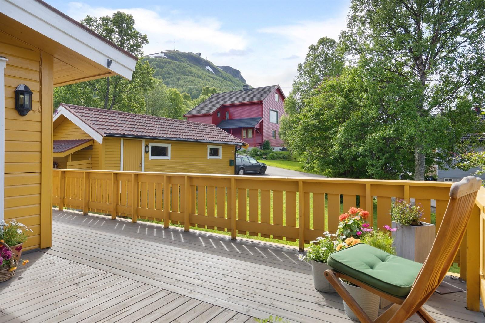 Fra veranda har du utsikt mot Fløya og Fjellheisen, sundet og Tromsøya