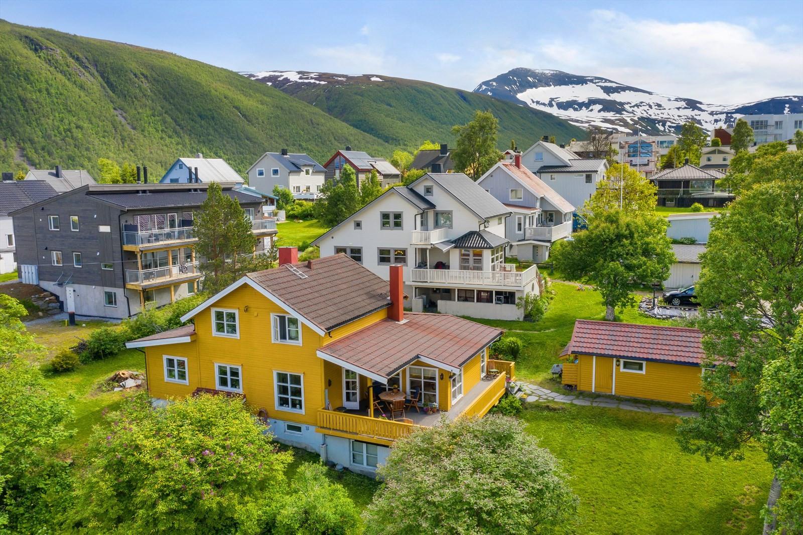 Tønsnesvegen 34 er en stor og innholdsrik bolig med svært attraktiv beliggenhet sentralt i Tromsdalen