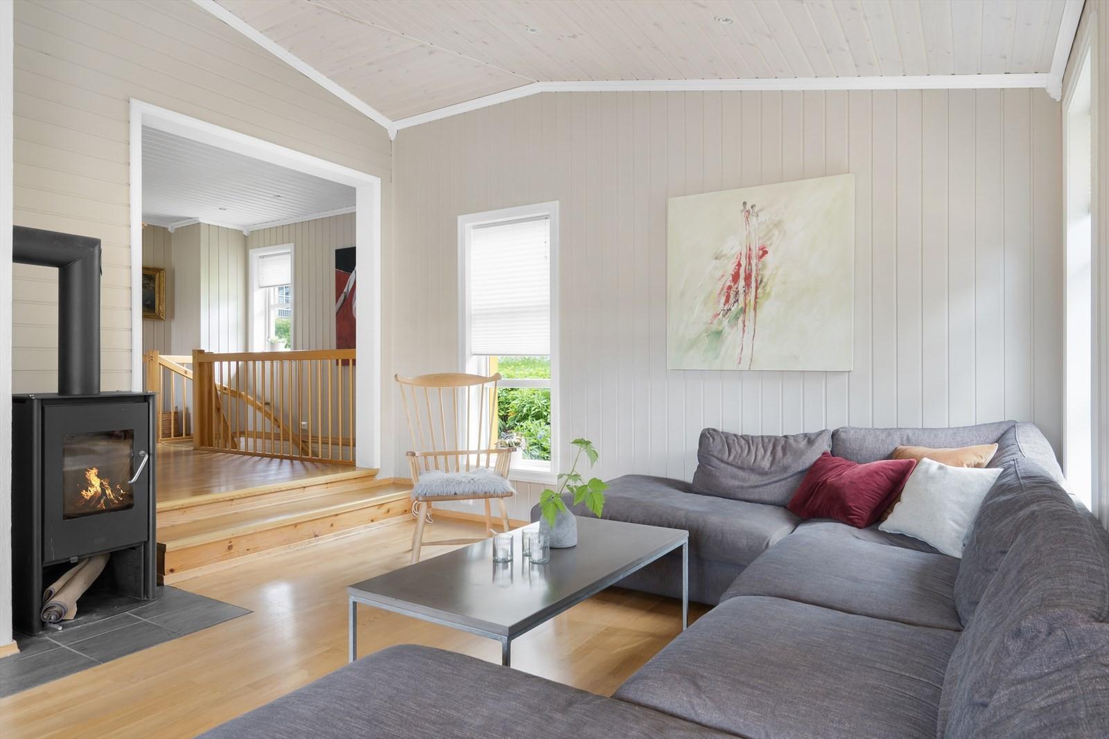 Stuen har innfelt belysning i tak, vedfyring og god plass til møblement
