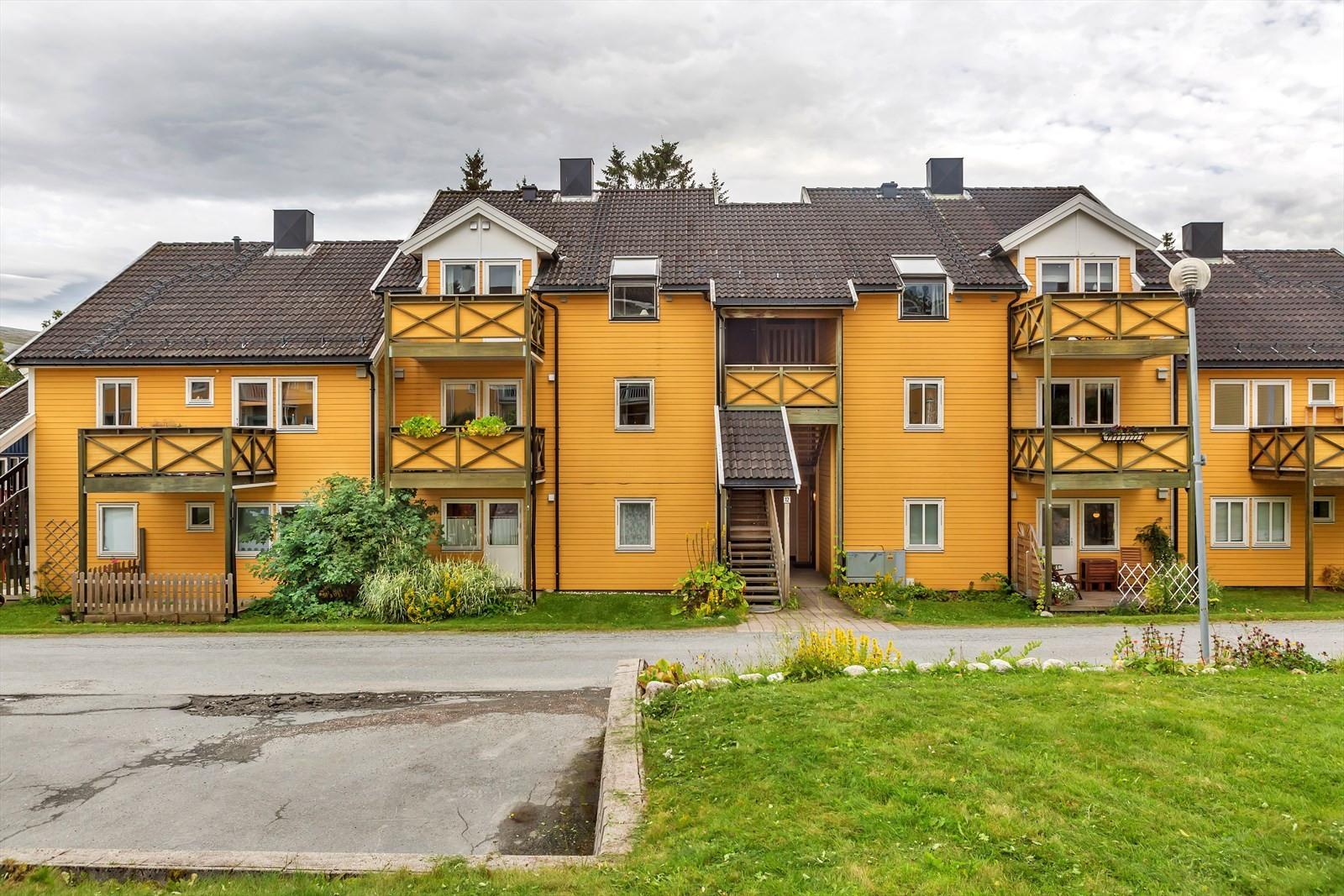 Fasade og gjesteparkering