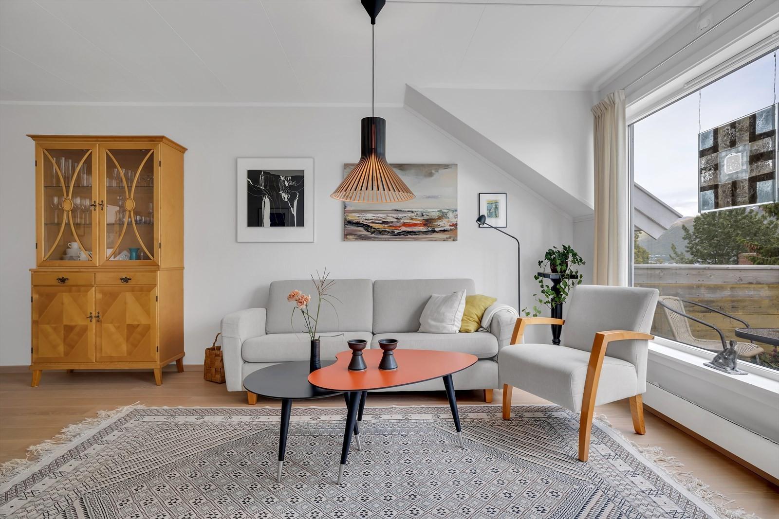 Bjørkås Terrasse 12E er en flott og velholdt 3-roms selveier beliggende i øverste etasje