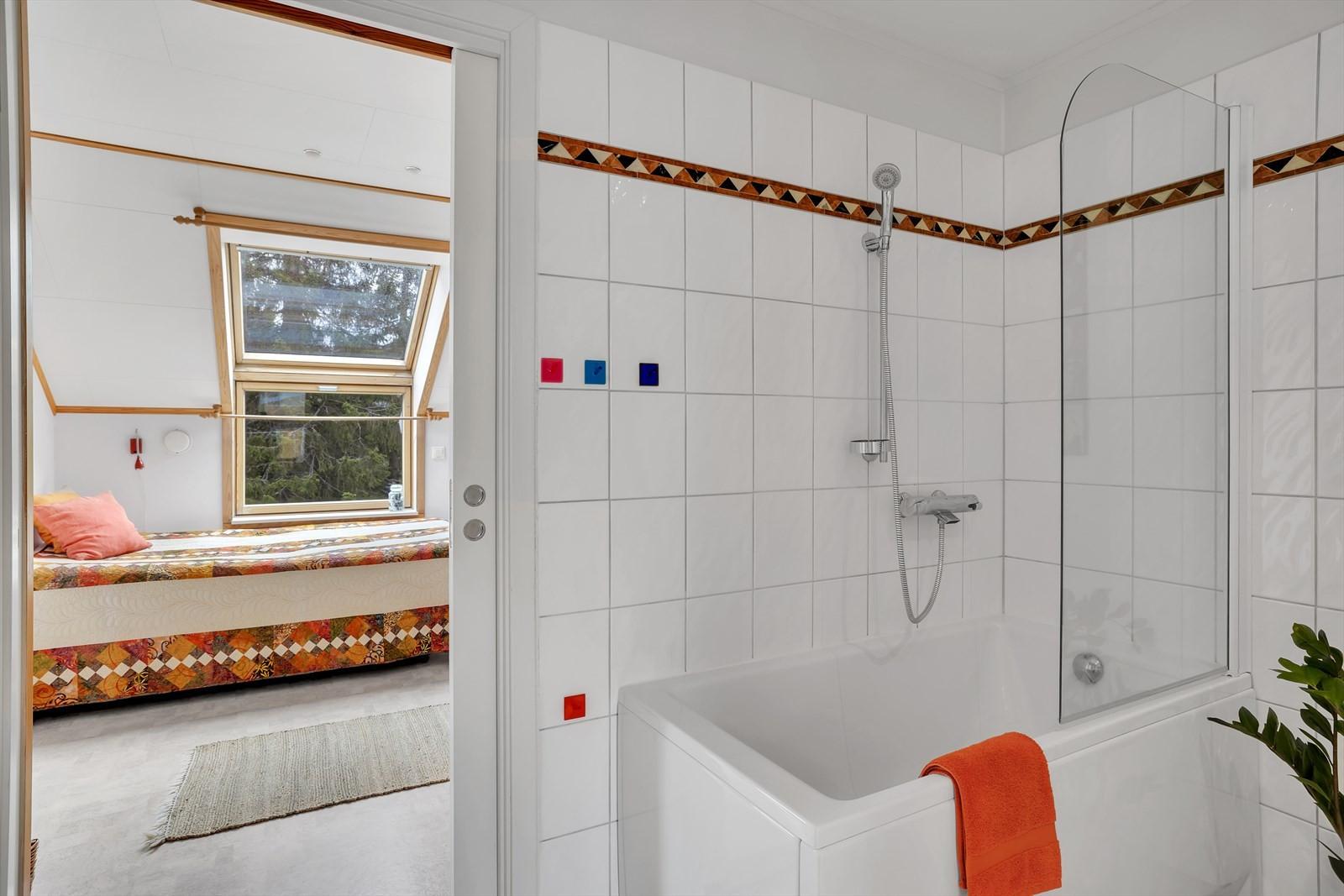Soverommet har direkte adkomst til badet