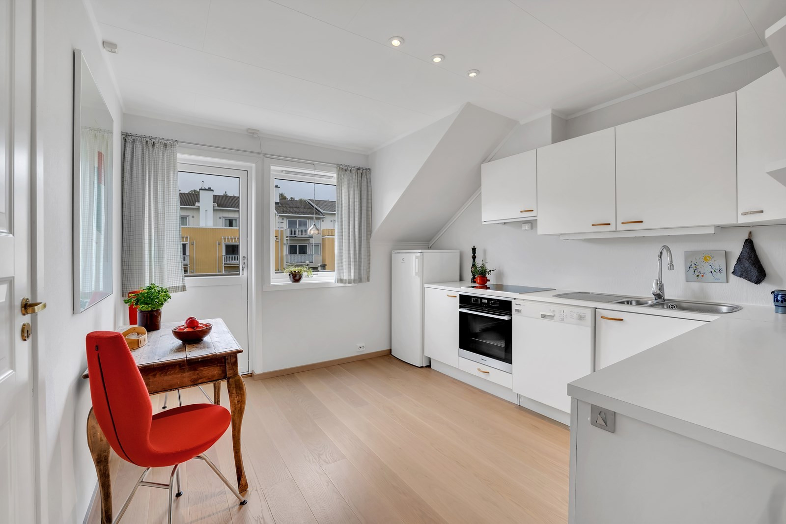 Kjøkkenet er av fin størrelse med god skap- og benkeplass