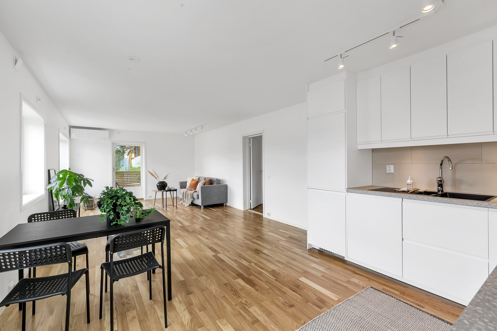 Lyst og trivelig med store vindusflater i stuen og kjøkkenet