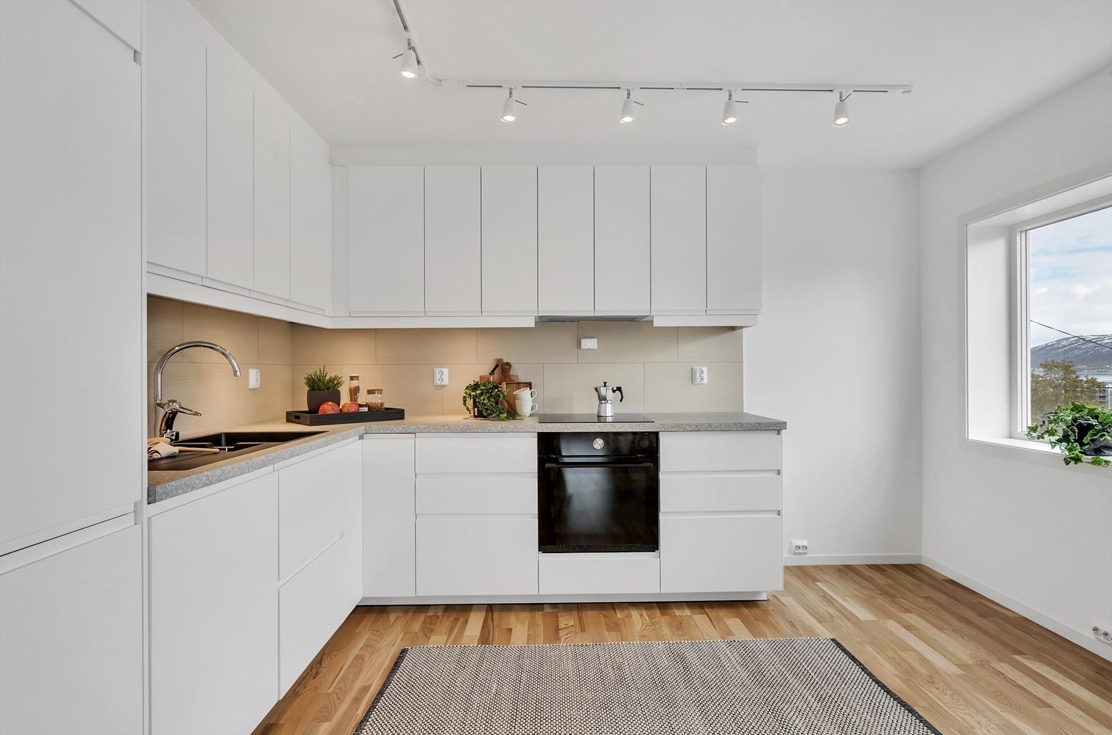 Nytt og moderne kjøkken med integrerte hvitevarer