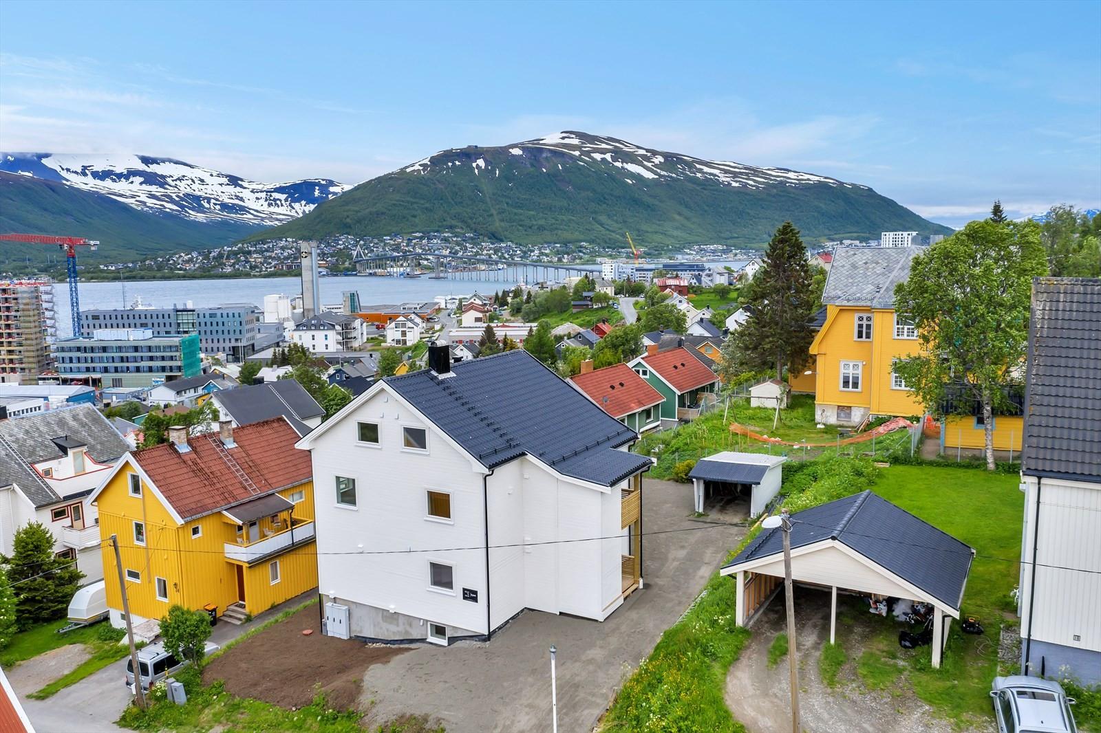 Eiendommen ligger i østvendt skrånende terreng med utsikt mot Tromsøysundet og Tromsdalen.