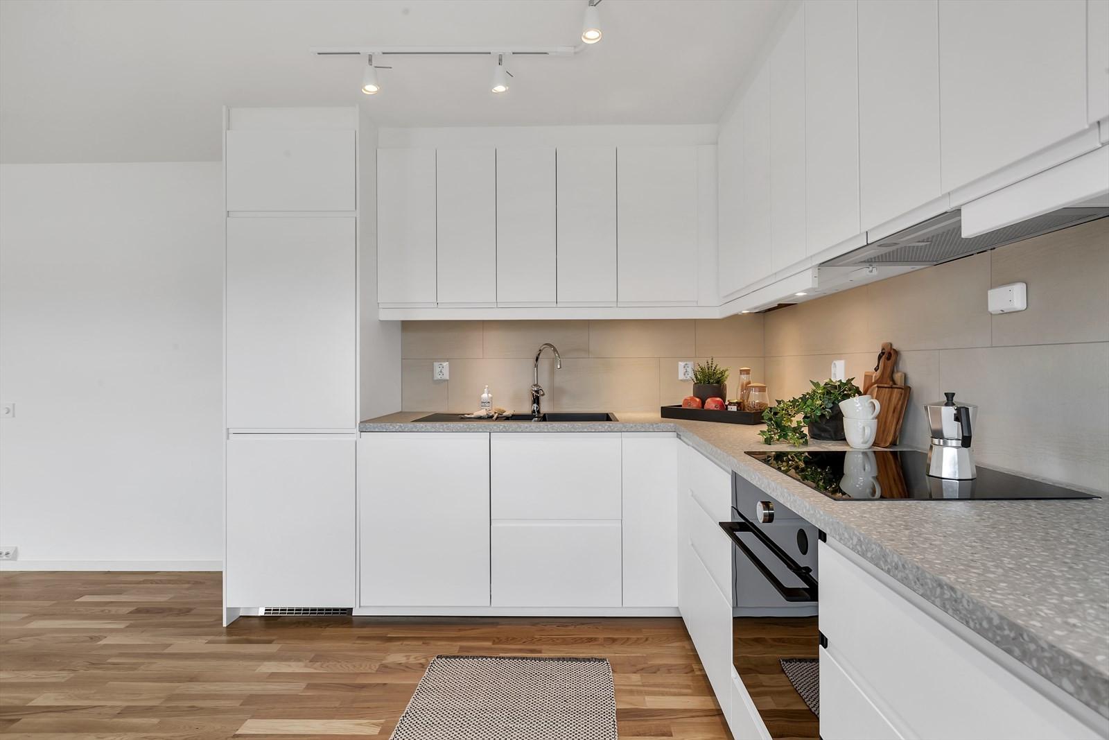 Innholdsrikt kjøkken med god benkeplass