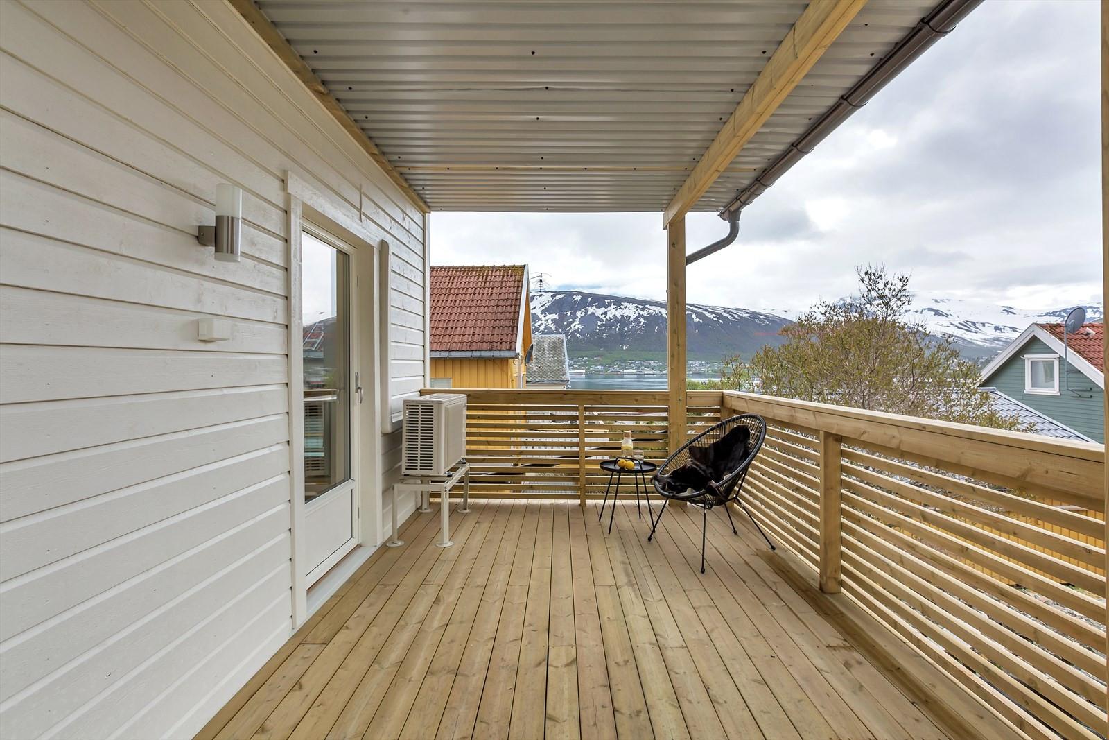 Stor sydvendt veranda med takoverbygg - utgang fra stuen.