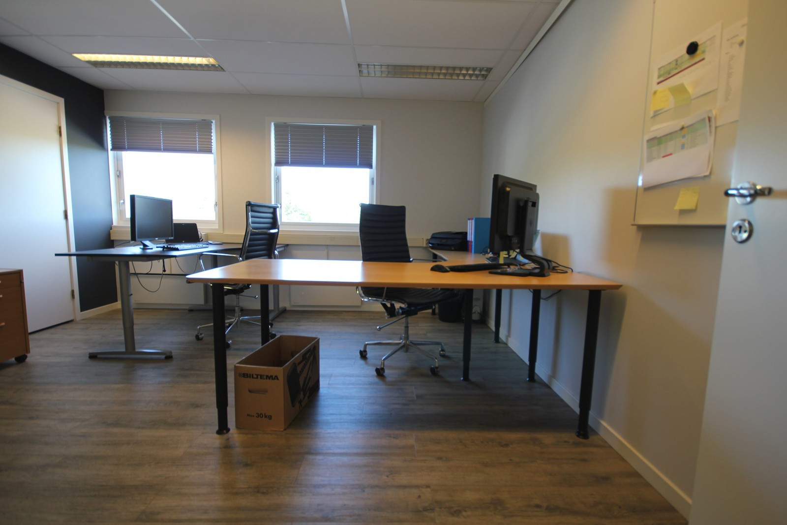 Romslig kontor med plass til flere