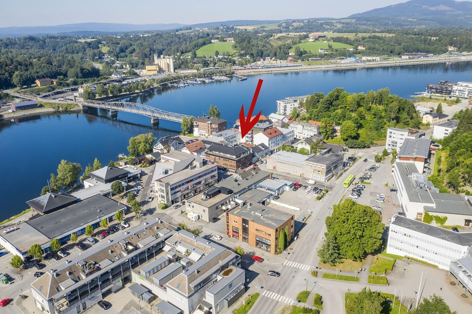 Kun ca. 5 min. gange til Eidsvoll togstasjon (over gangbro)