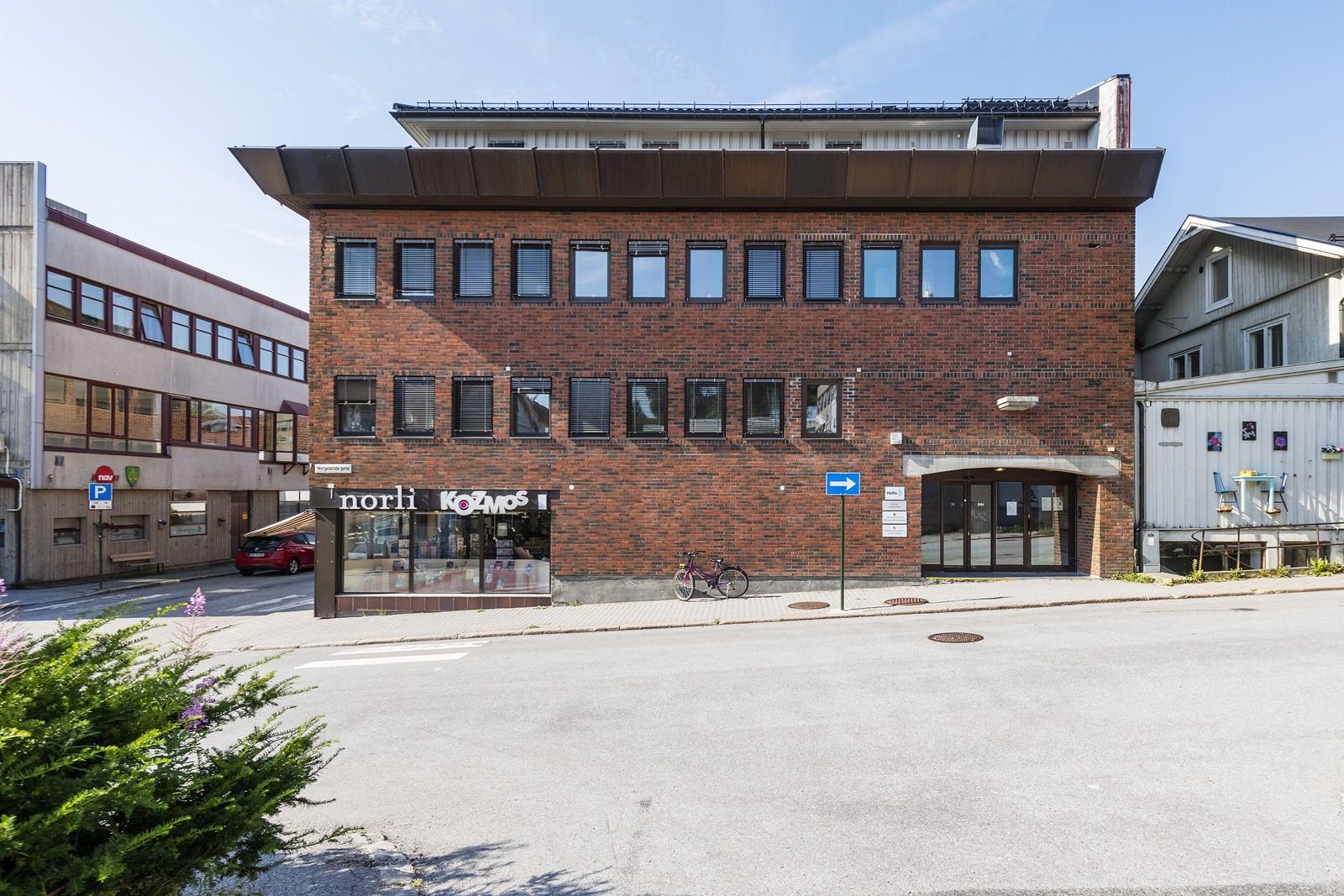 Enkel adkomst direkte fra gateplan - profilering på byggets fasade
