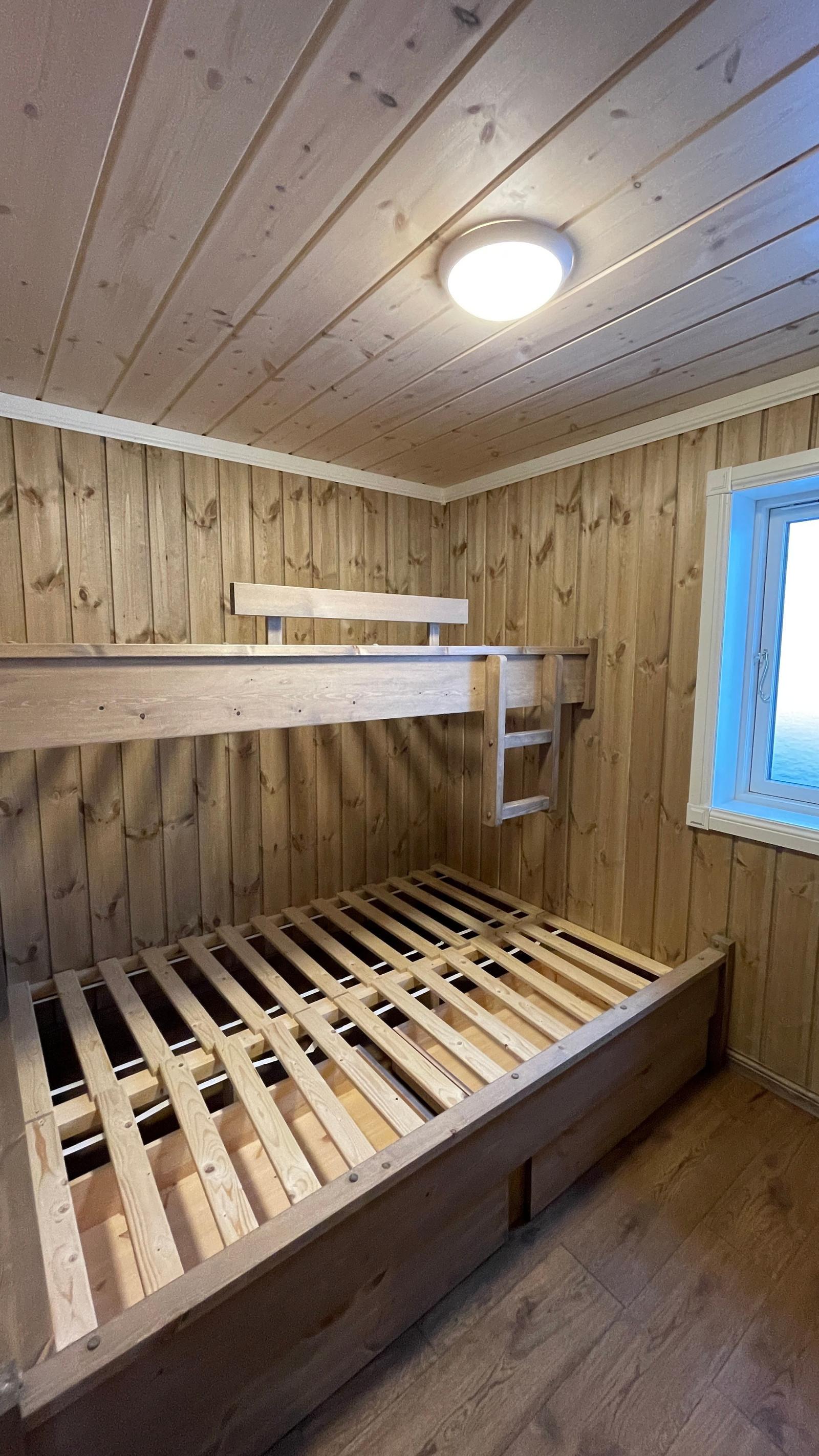 Sov 2. med plassbyggett familie seng.