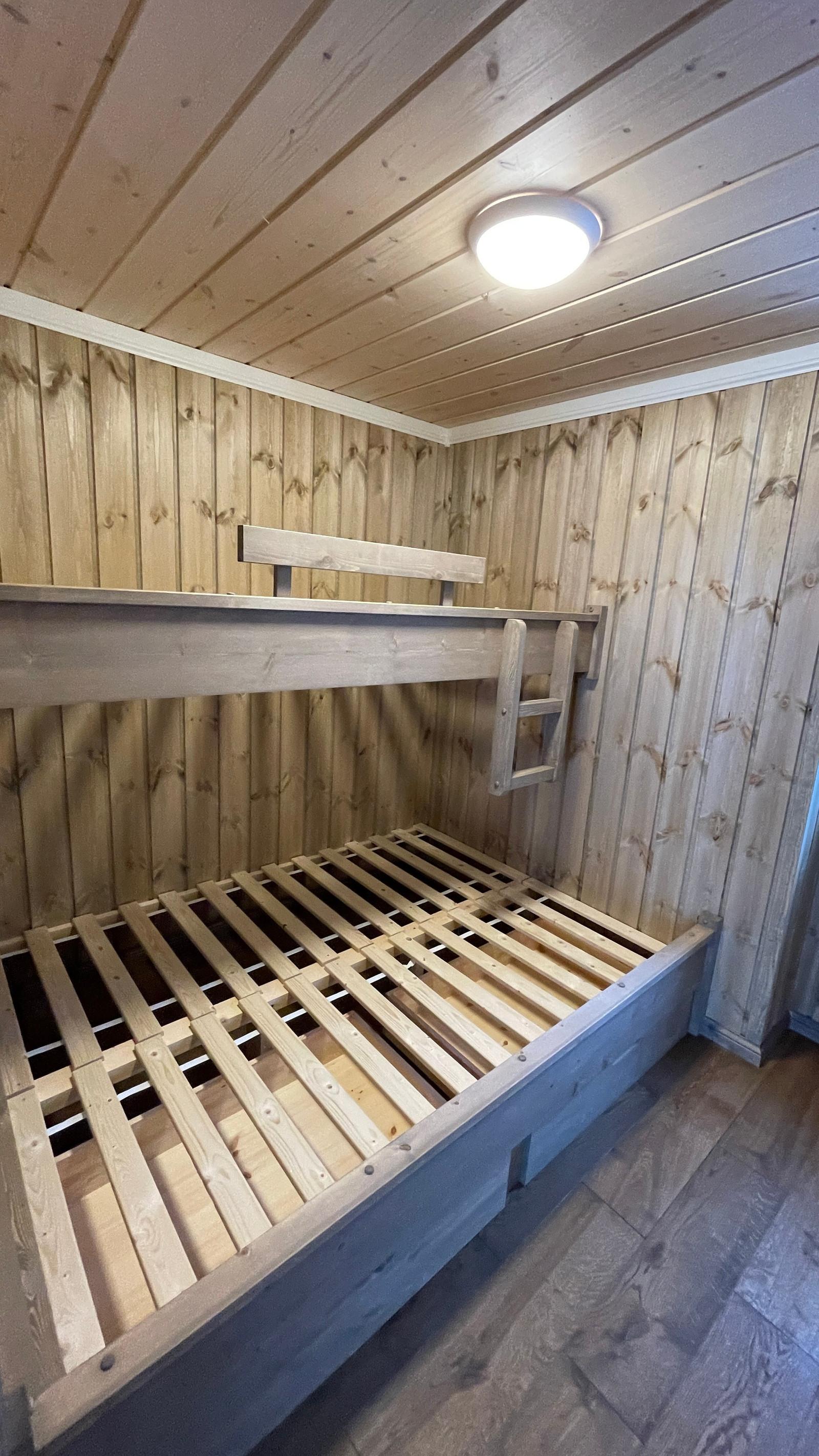 Sov 3. med plassbyggett familie seng.