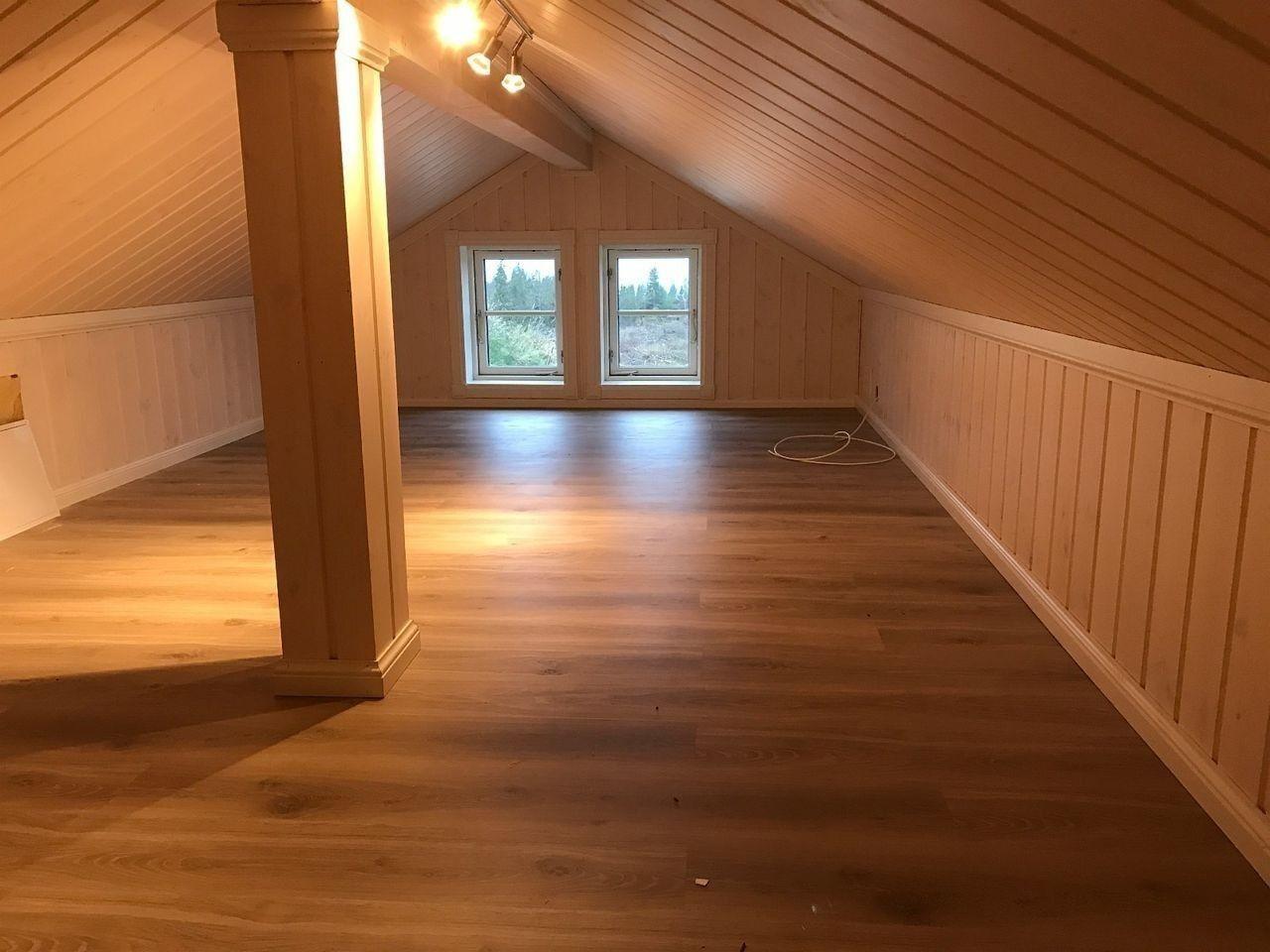 Ekstra gulvplass i hemsen. Dette er et tilleggsareal som er inkludert og kommer i tillegg til hyttas 1 etg. Masse plass.