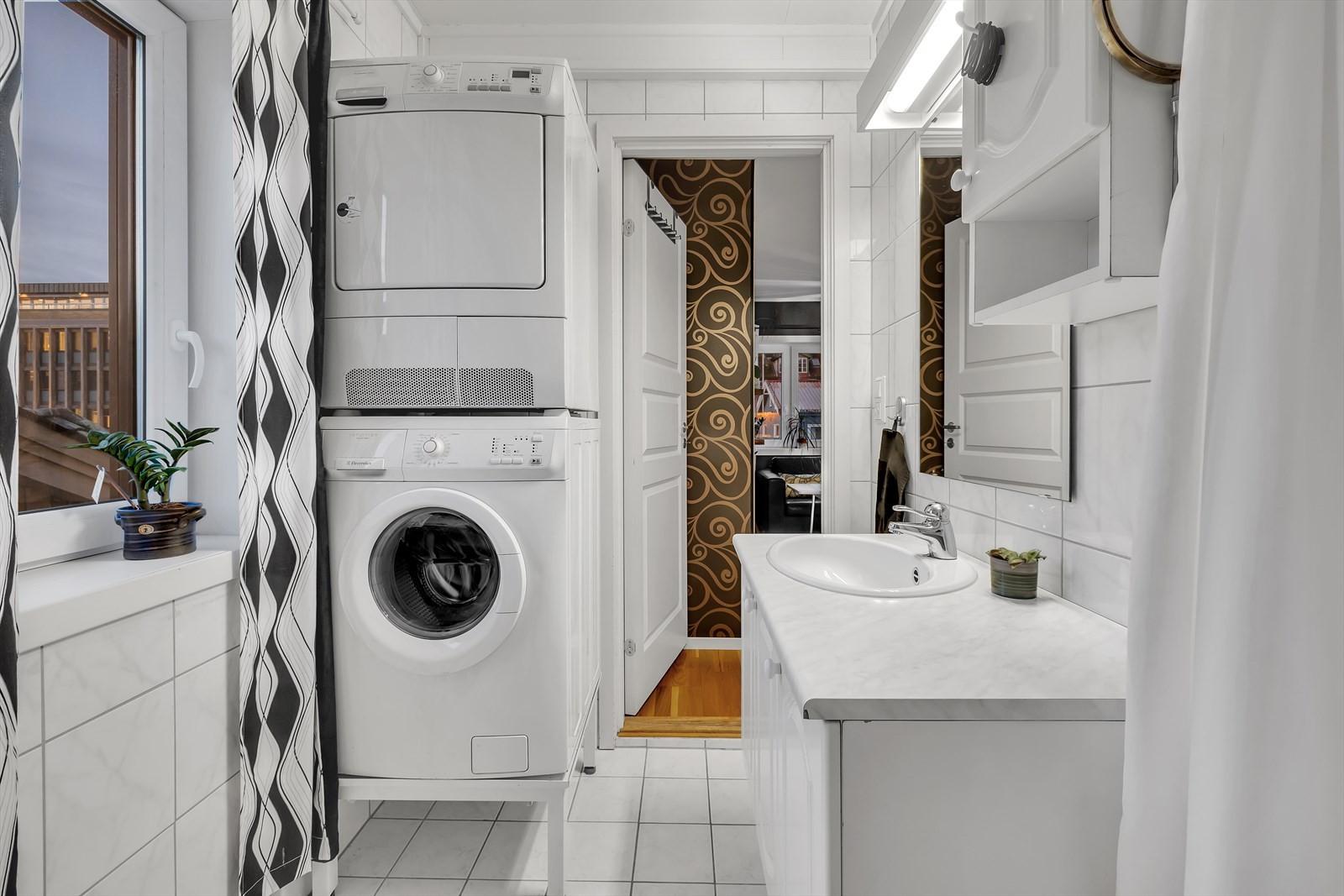 Flislagt bad - plass til vaskemaskin og tørketrommel.