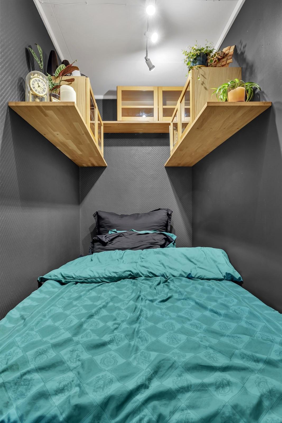 Sovealkove med praktiske lagringsrom.