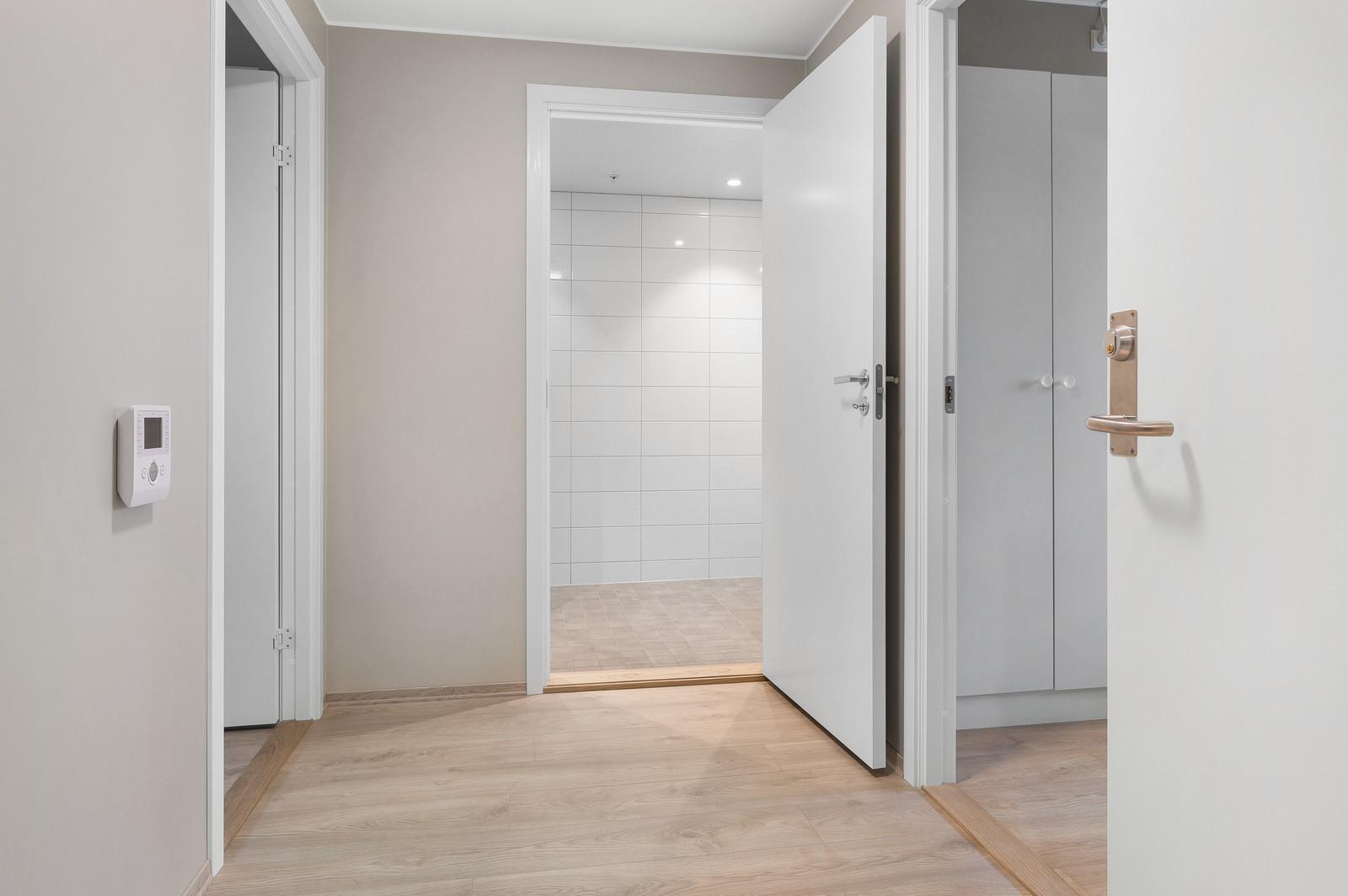 Fra gangen er det inngang til bad.