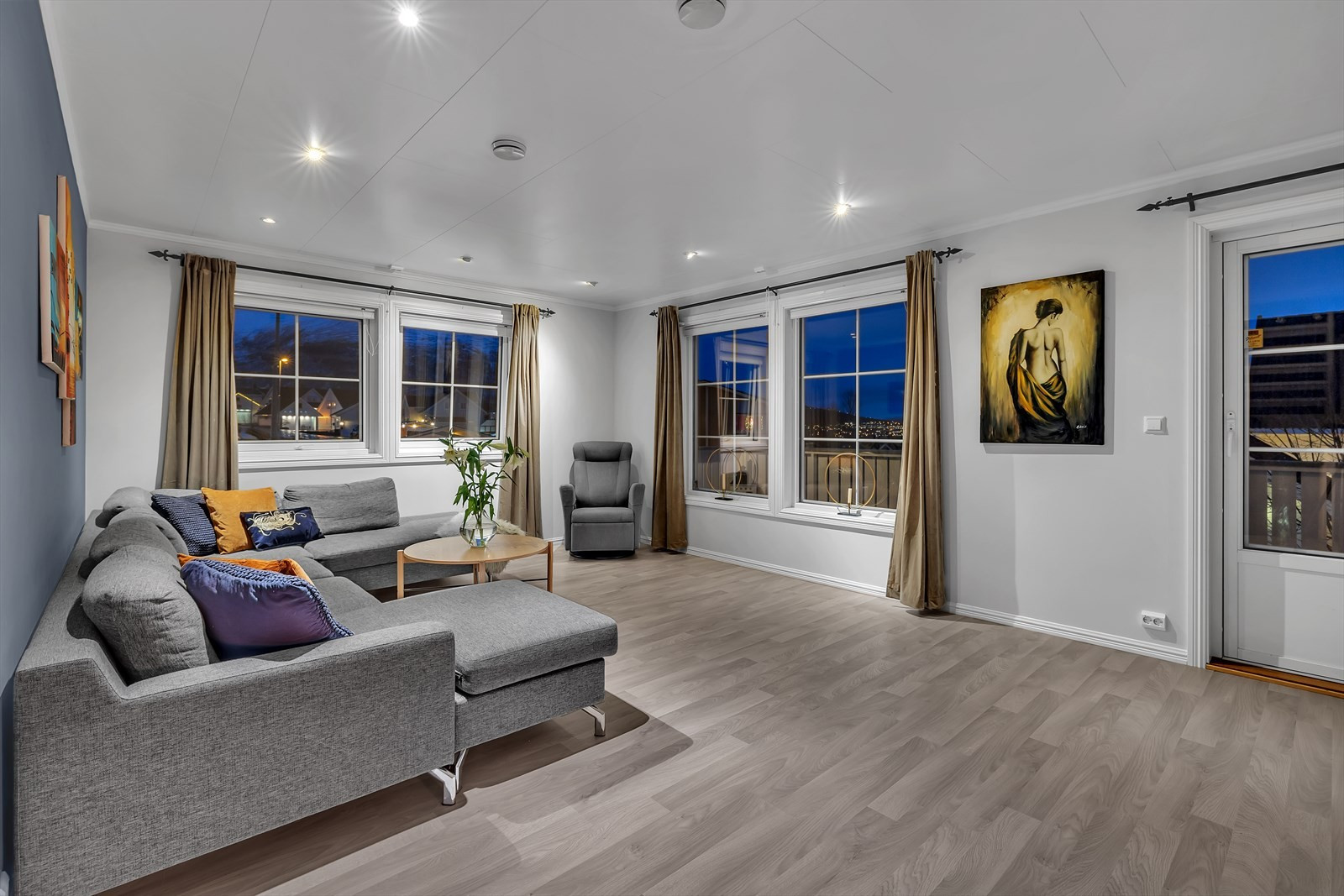 Lys og fin stue. Oppgradert med nyere gulv, vegger, listverk og downlights i taket