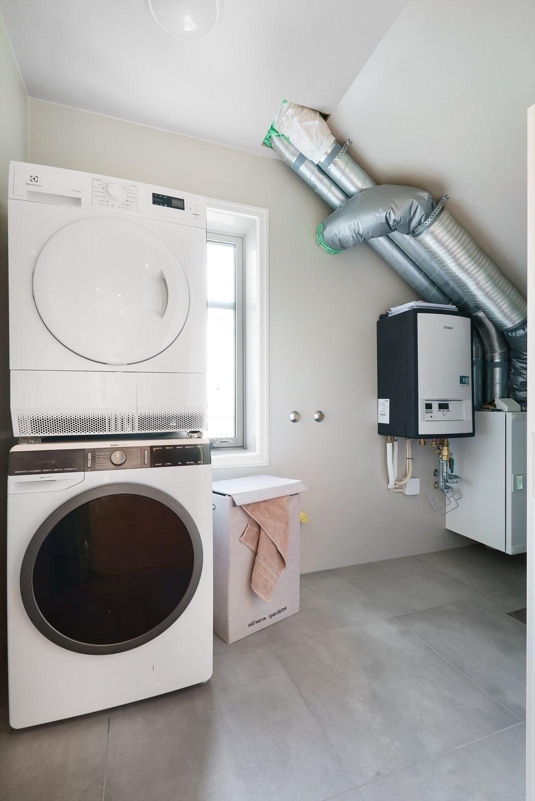 Vaskerom / teknisk rom 2.etg. Sentralstøvsuger, balansert ventilasjon, varmtvannsbereder, innerdel til varmepumpe/vannbåren varme, klargjort for montering av utslagsvask (lagt opp vann og avløp).