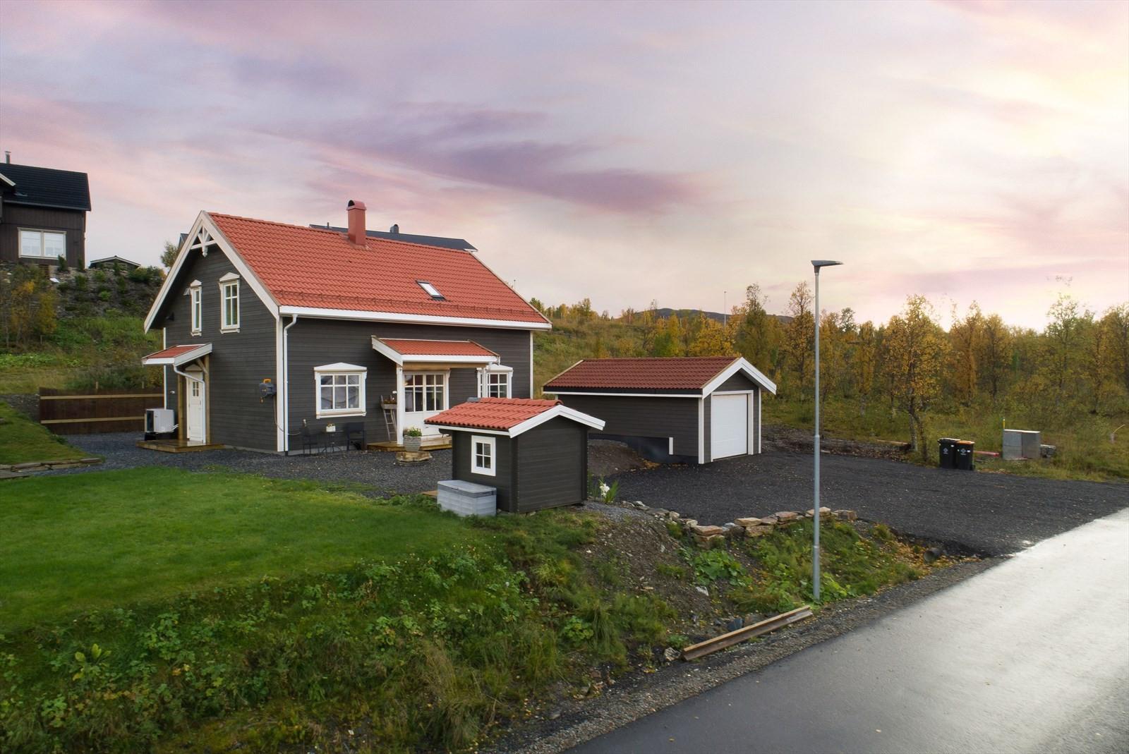 Eiendommen er beliggende på Vågnes med nærhet til skole, barnehage og flotte turområder!