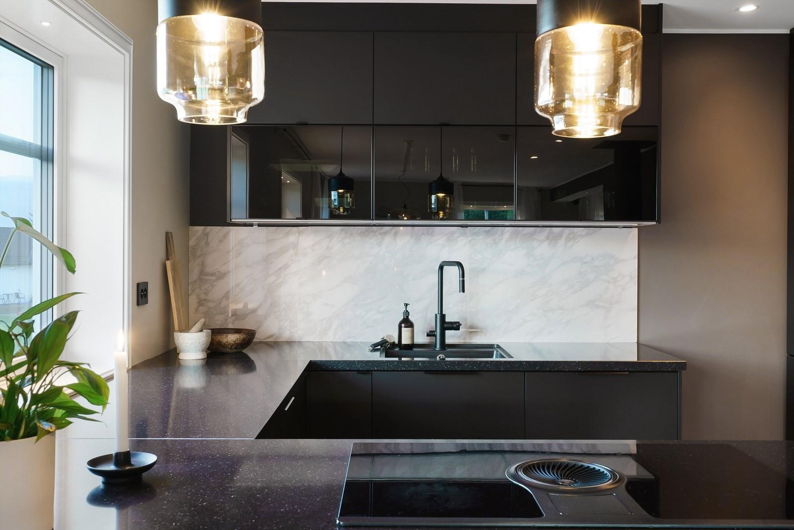 Kjøkkenet har stekeovn med dampfunksjon, kombiovn med microbølgefunksjon, kjøl- og fryseskap, oppvaskmaskin og koketopp.