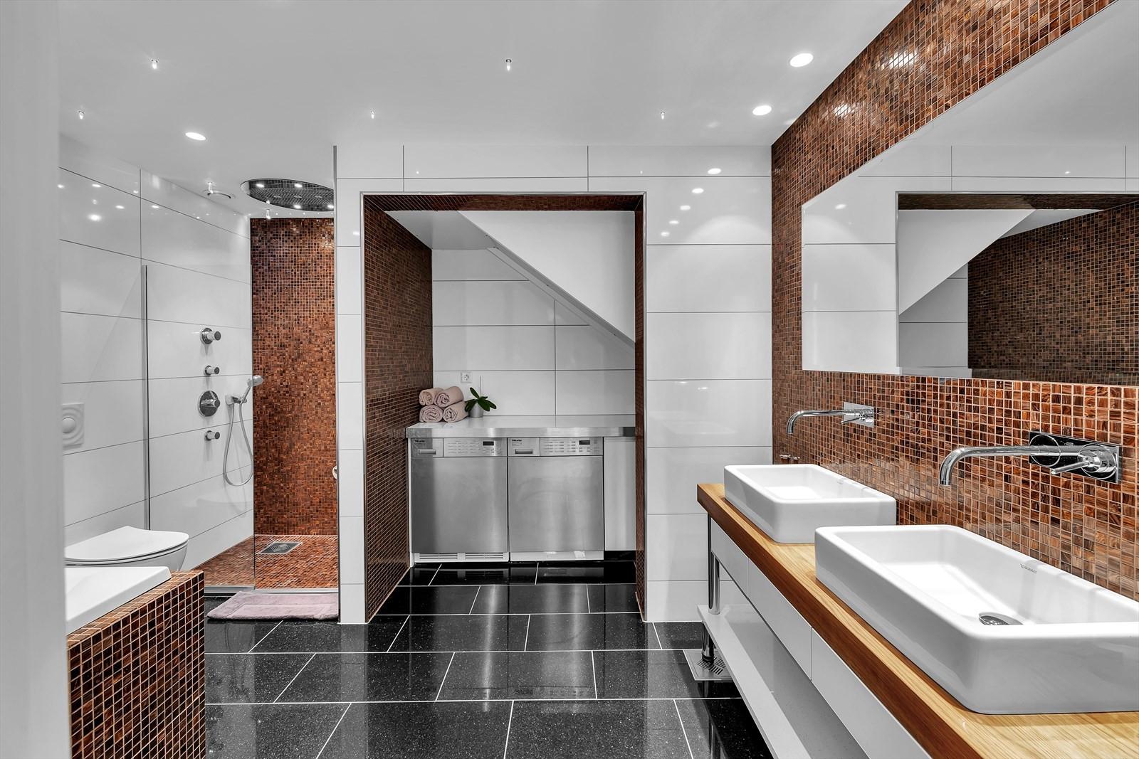 Boligen har ett fresht og nydelig bad! Veggmontert WC, dobbelt servant med skap, boblebad og dusjhjørne. Integrerte vaskemaskin og tørketrommel.