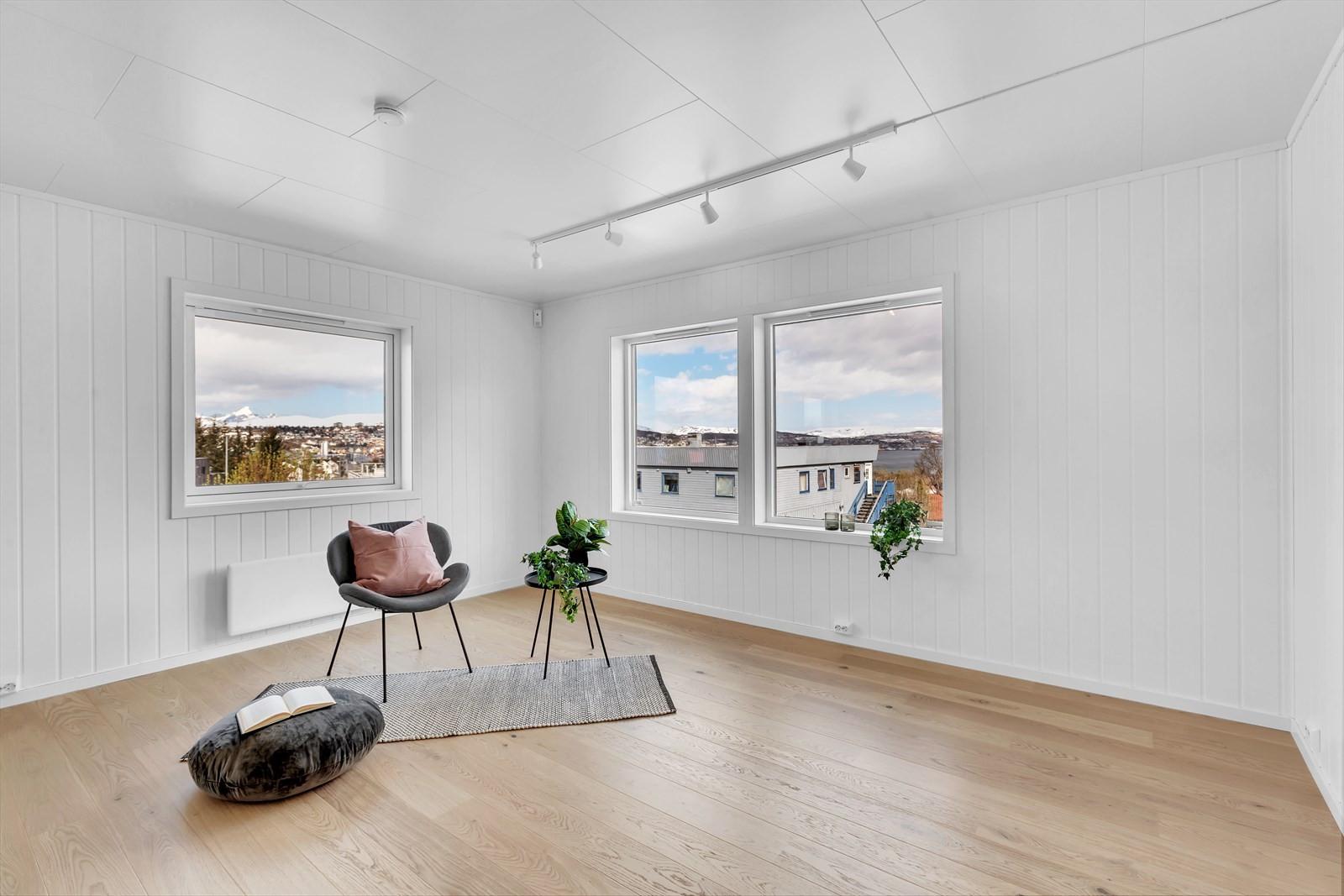 Stue med flott utsikt i flere retninger