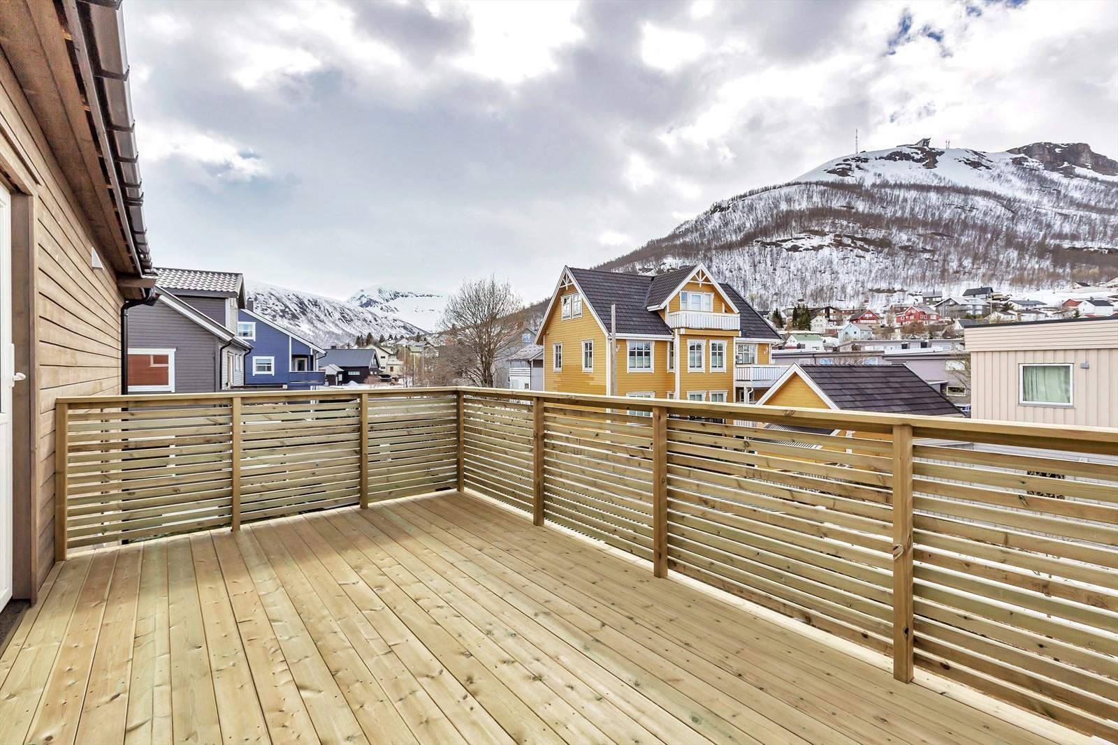 Flott terrasse mot sør med utgang til kjøkken