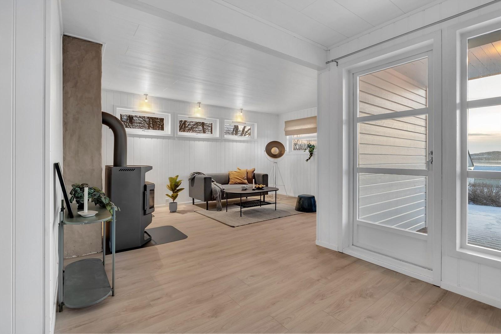 Stue med store vindusflater som slipper inn mye lys.