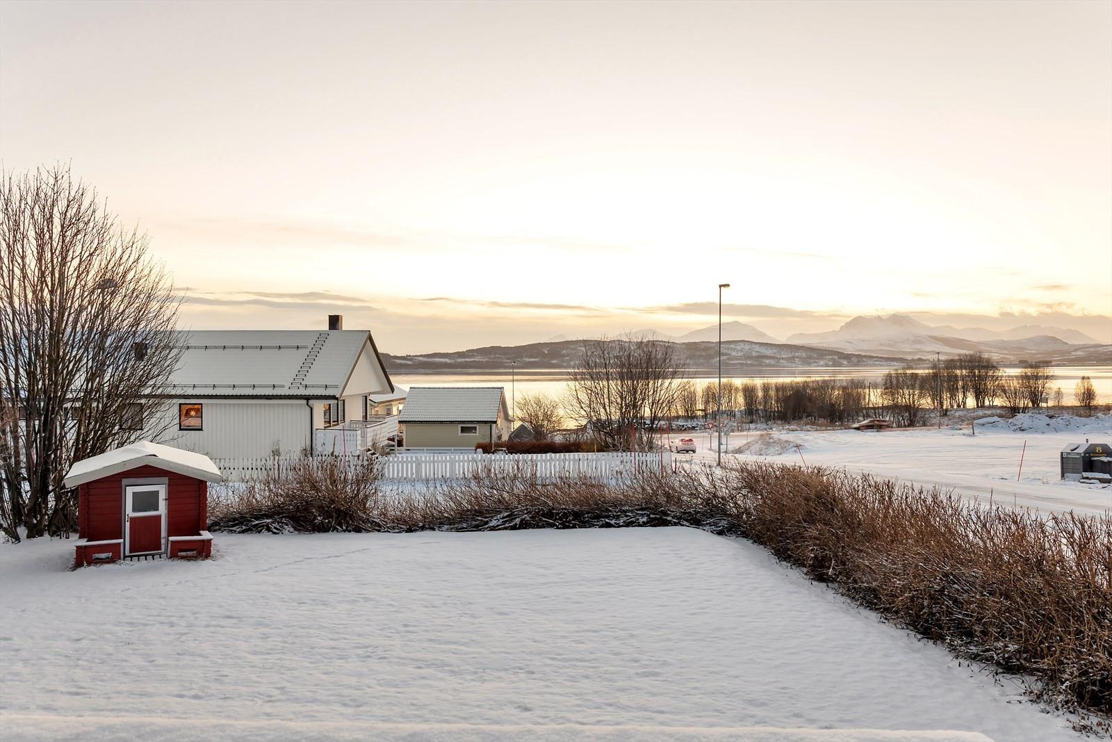 Flott utsikt mot Håkøya og sundet. Mølnenga 6 har en romslig, forholdsvis flat og barnevennlig tomt.