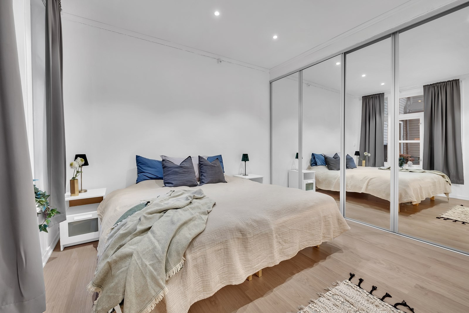 Master bedroom med perfekt størrelse, god takhøyde, downlights og skyvedørsgarderobe.