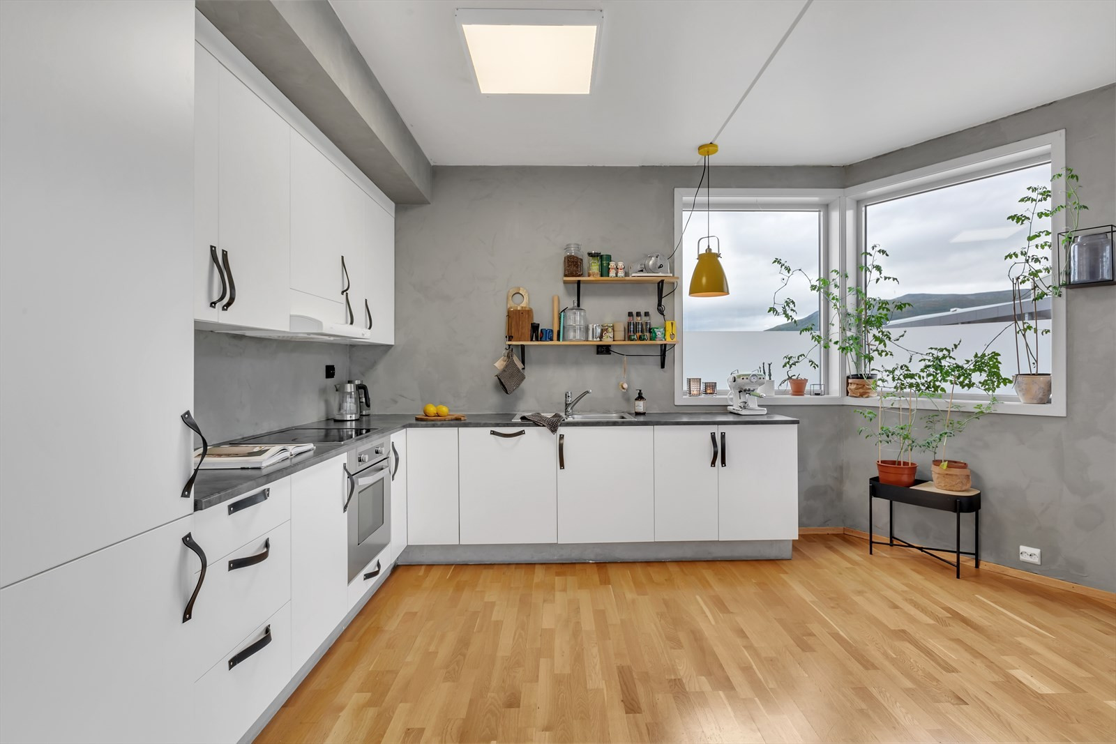 Kjøkkenet har godt med innredninger og integrerte hvitevarer.