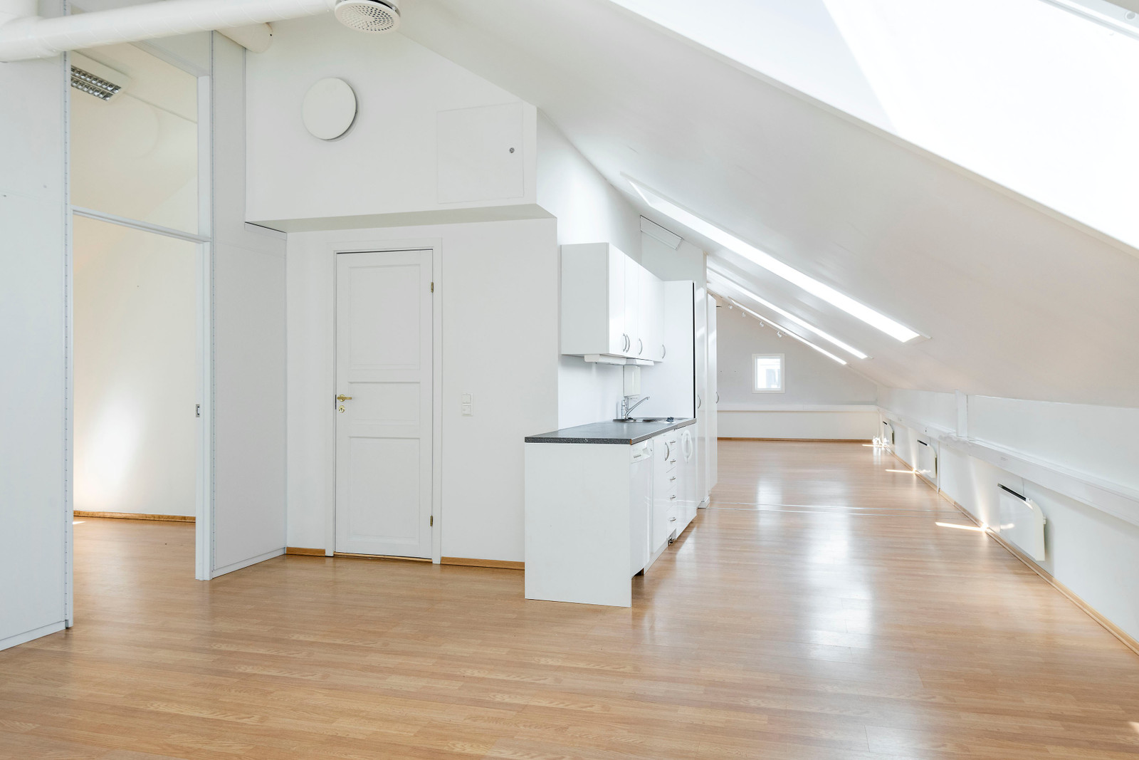 Moderne kontorlokale med minikjøkken