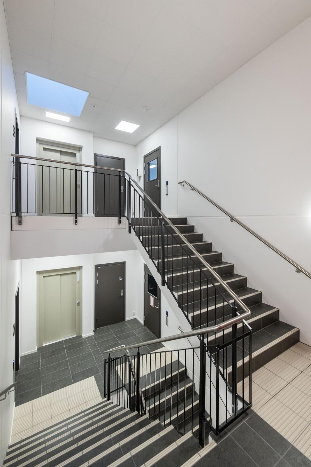 Trapp og heisadkomst til kontorer i 3. etasje